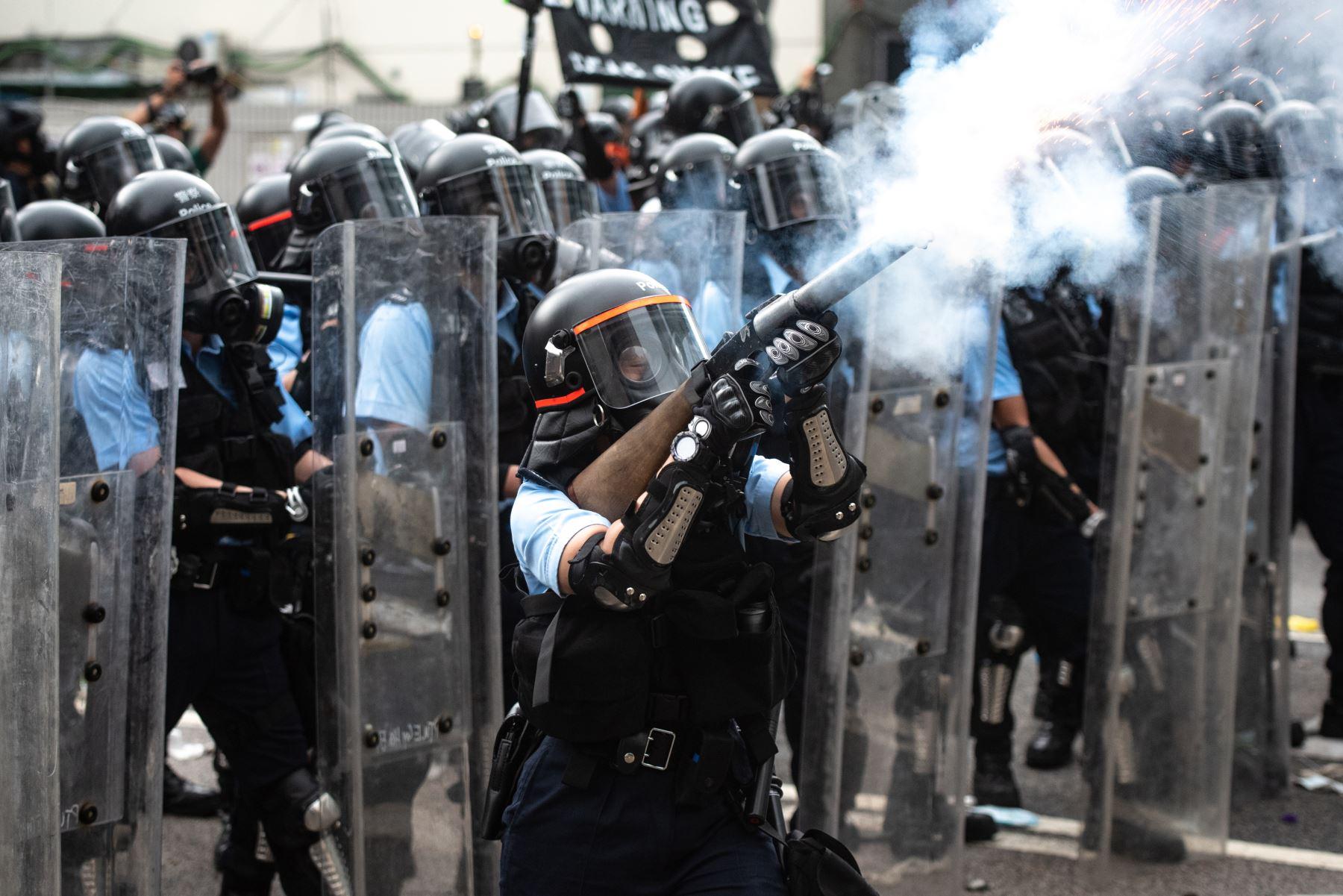 Violentos enfrentamientos estallaron en Hong Kong cuando la policía trató de detener a los manifestantes que irrumpían en el Parlamento Mientras que decenas de miles de personas bloquearon arterias clave en una demostración de fuerza contra los planes del gobierno para permitir la extradición a China. Foto: AFP