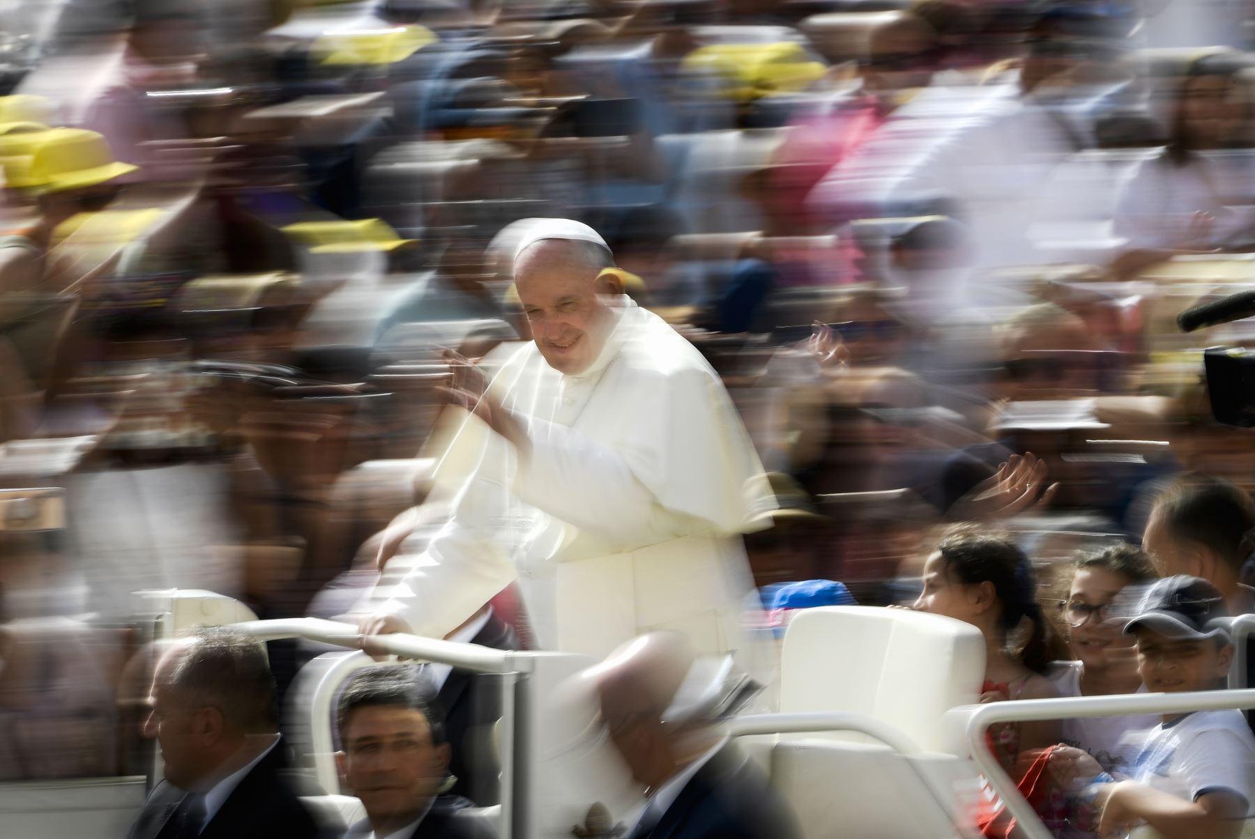 El Papa Francisco saluda a los fieles a su llegada a la plaza de San Pedro en el Vaticano. Foto: AFP