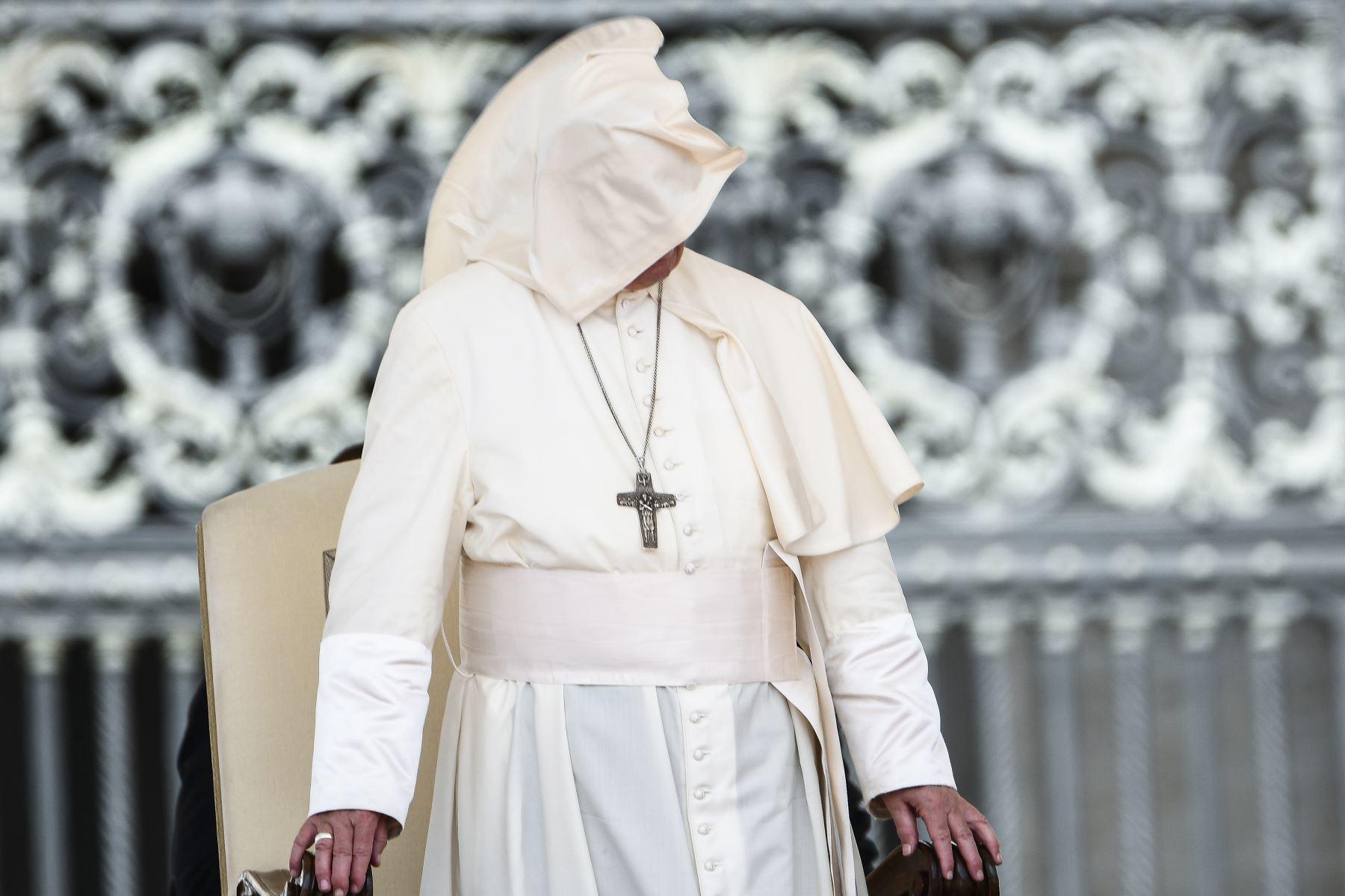 Una ráfaga de viento sopla la sotana del Papa Francisco durante la audiencia general en la plaza de San Pedro en el Vaticano.Foto: AFP