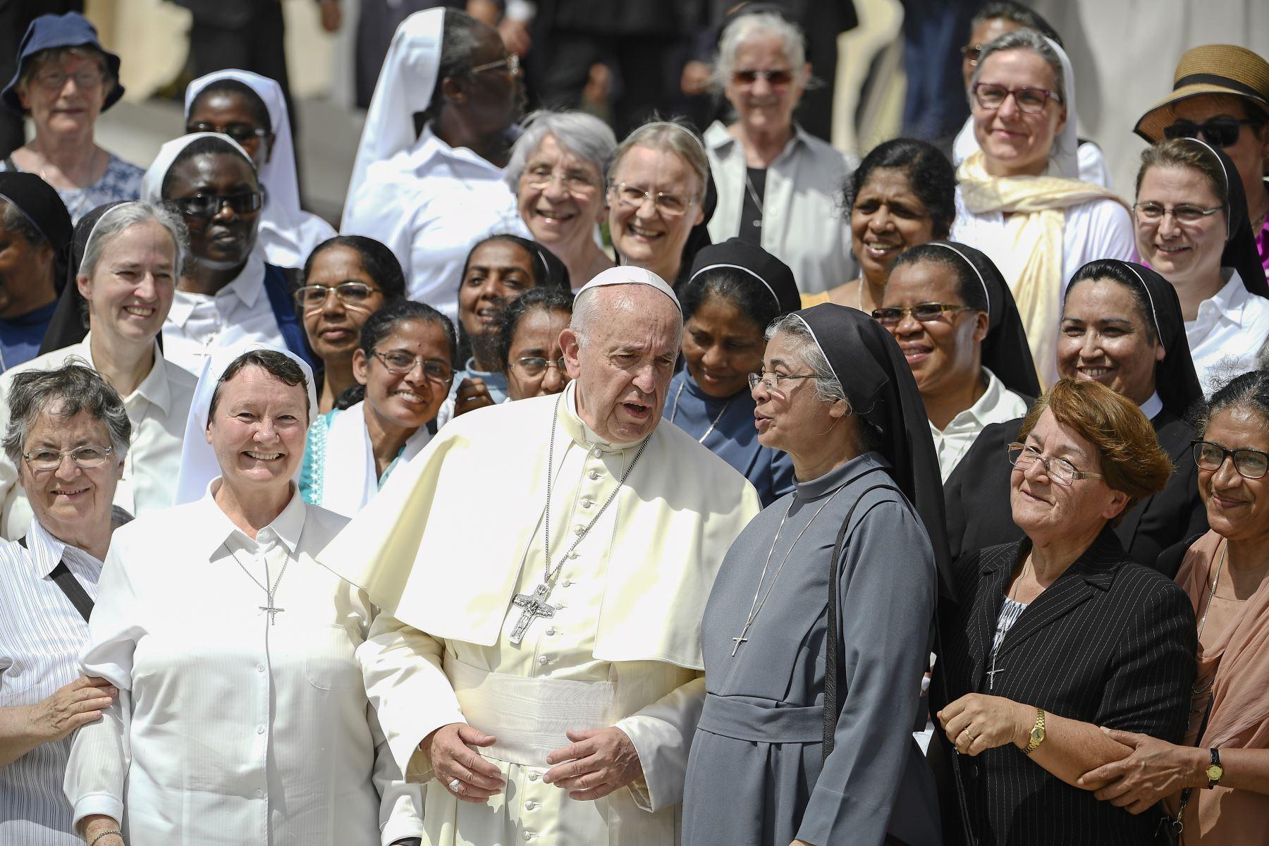 El Papa Francisco posa con monjas al final de la audiencia general en la plaza de San Pedro en el Vaticano. Foto: AFP