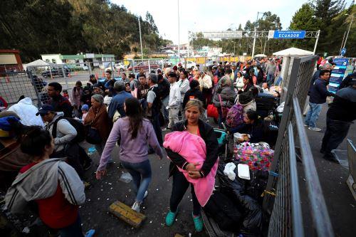 Migrantes venezolanos llegan al puente de Rumichaca, en la frontera de Ecuador con Colombia. Foto: Efe.