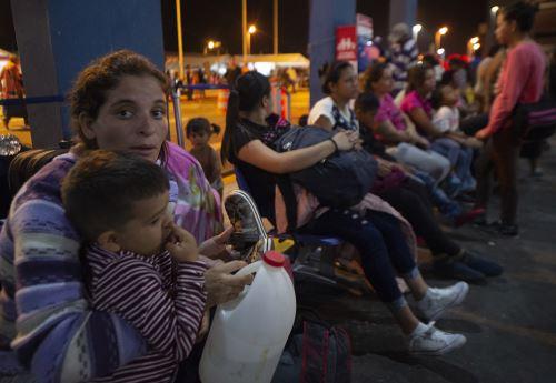 Venezolanos hacen colas para ingresar antes de exigencia de visa humanitaria
