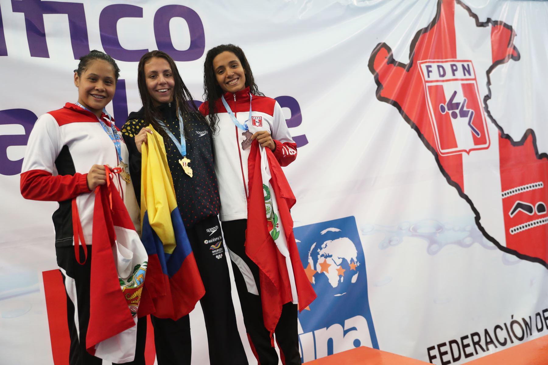 Mariagracia Torres de Perú, Laura Rincón de Colombia y Adriana Buendia de Perú obtienen medallas de plata, oro y  bronce, respectivamente en competencia de  200m pecho en el Torneo Copa Pacífico de Natación 2019. Foto: ANDINA/Melina Mejía
