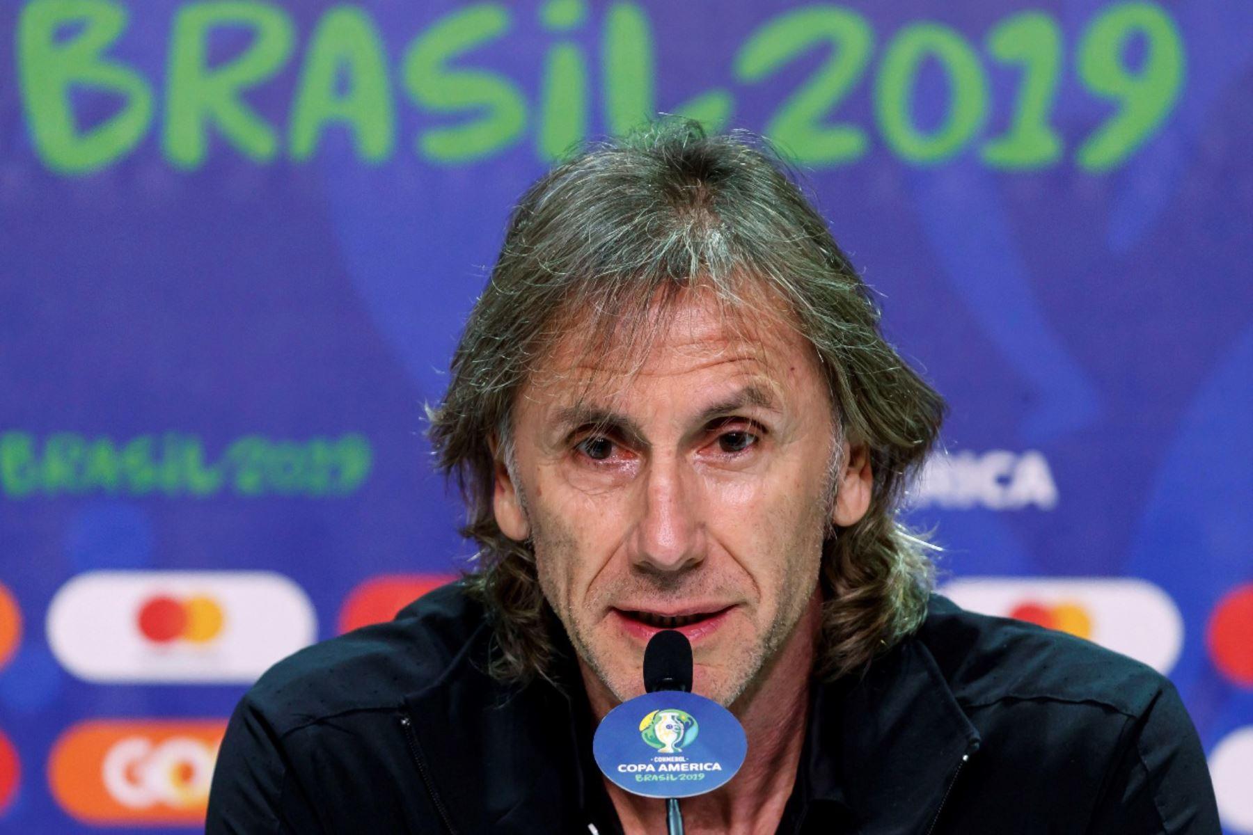 El entrenador de la selección peruana de fútbol el argentino Ricardo Gareca participa en una rueda de prensa este viernes en el estadio Arena do Gremio, como parte de la Copa América 2019, en la ciudad de Porto Alegre (Brasil). EFE/José Méndez