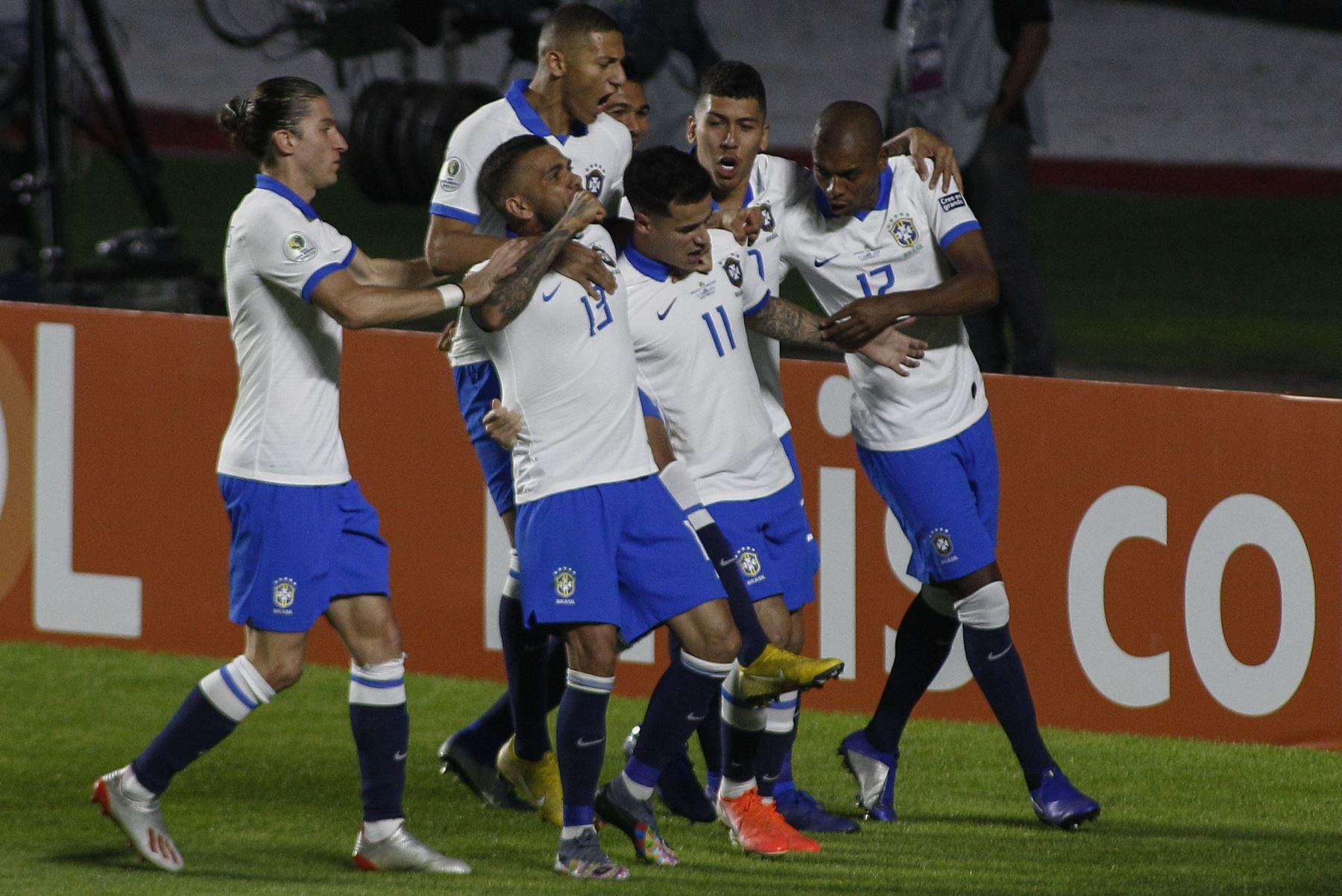El brasileño Philippe Coutinho (11) celebra con sus compañeros de equipo después de marcar contra Bolivia durante su partido de torneo de fútbol de la Copa América en el estadio Morumbi, en Sao Paulo, Brasil.Foto:AFP
