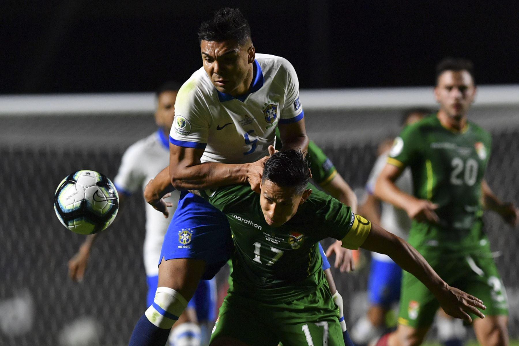 El brasileño Casemiro (arriba) y el boliviano Marvin Bejarano compiten por el balón durante su partido de torneo de fútbol de la Copa América en el estadio, en el Morumbi, Sao Paulo, Brasil.Foto.AFP