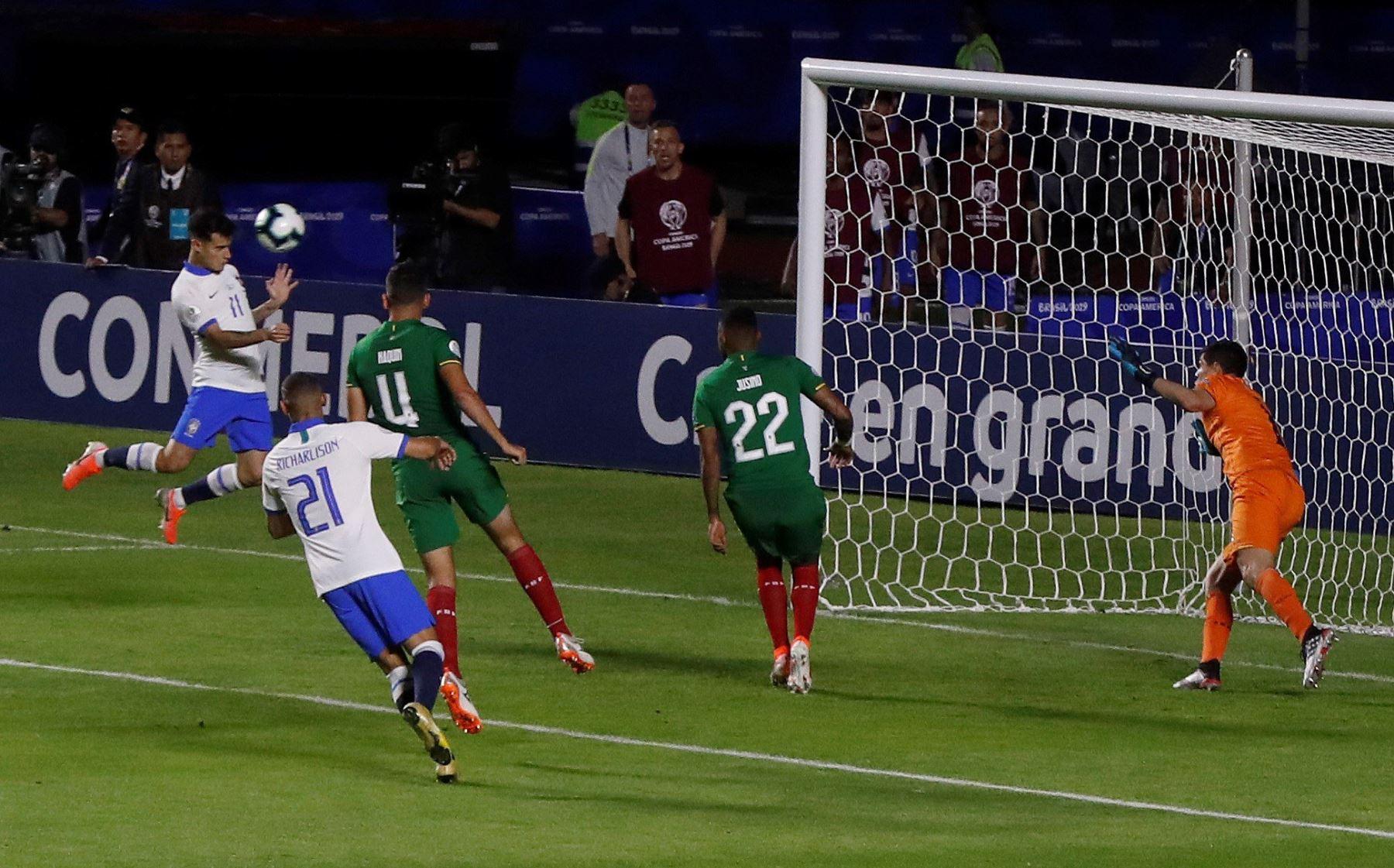 Philippe Countinho (i) anota un gol en el partido inaugural entre Brasil y Bolivia del Grupo A en la Copa América de Fútbol 2019, en el Estadio Morumbi de São Paulo, Brasil.Foto.EFE