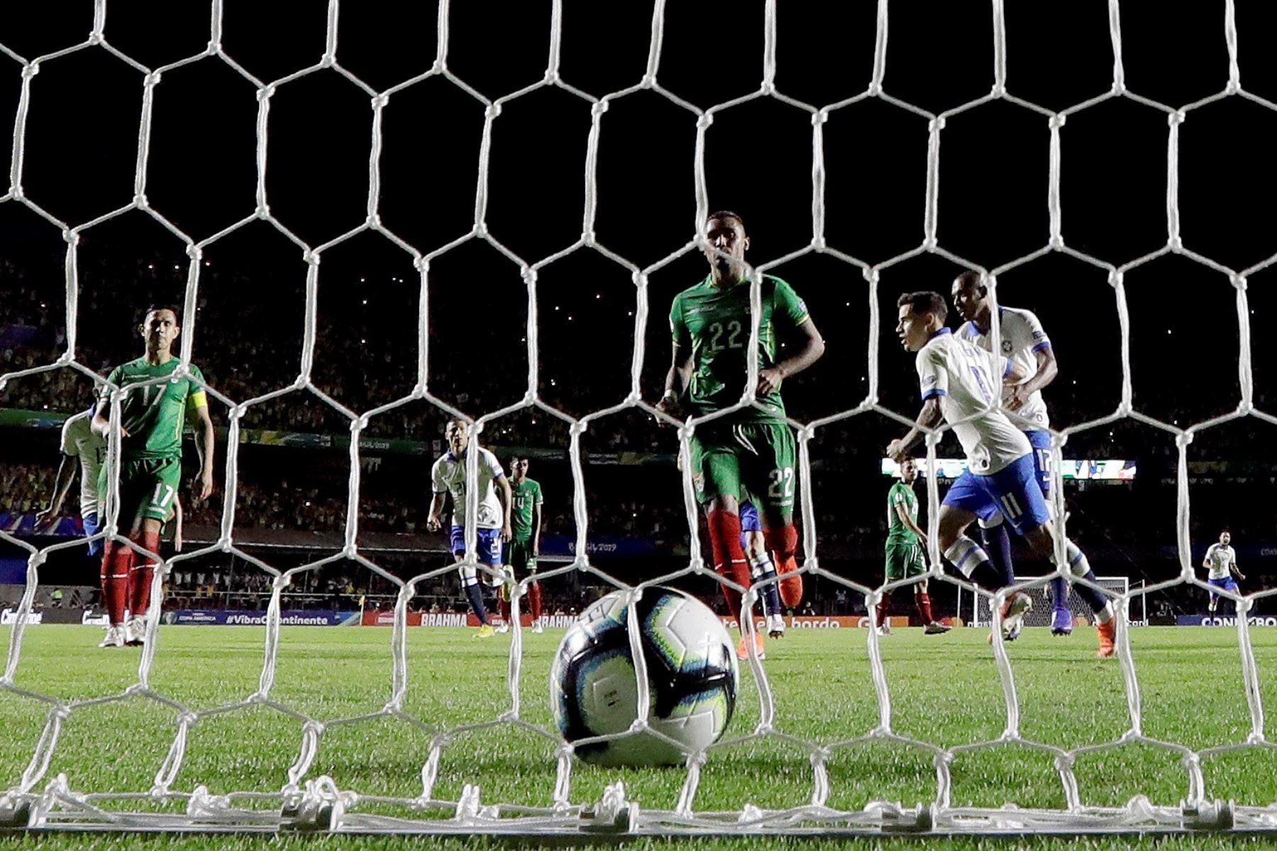 El jugador de Brasil Philippe Coutinho (2-d) celebraciones para el partido inaugural entre Brasil y Bolivia Grupo A en la Copa América de Fútbol 2019, en el Estadio Morumbi de São Paulo, Brasil.Foto:EFE
