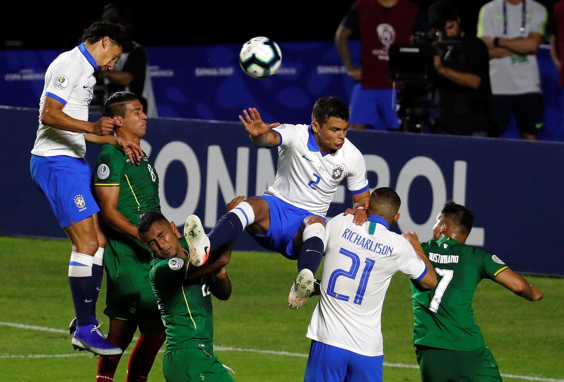 El jugador de Brasil Thiago Silva (c) salta por el balón en el partido inaugural entre Brasil y Bolivia del Grupo A en la Copa América de Fútbol 2019, en el Estadio Morumbi de São Paulo, Brasil.Foto.AFP