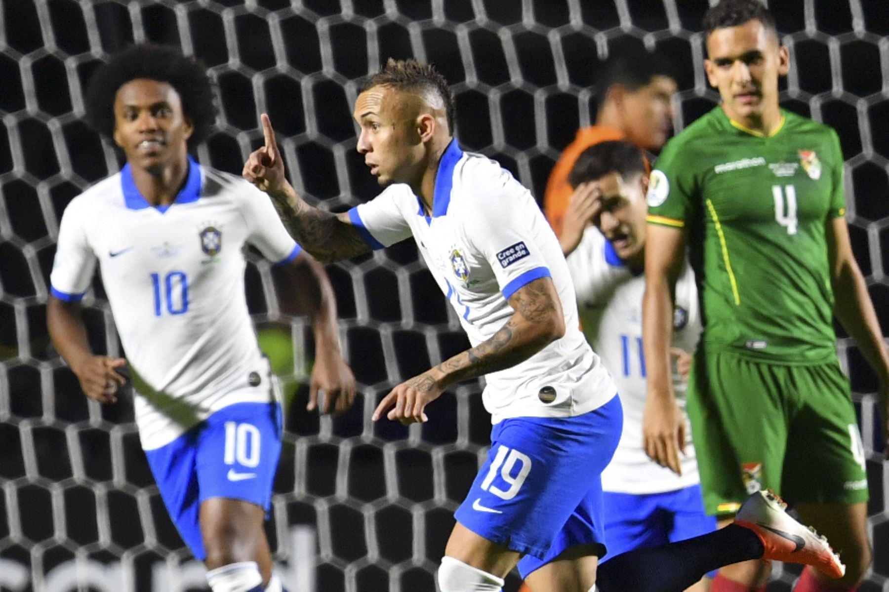 El Everton (C) de Brasil se celebra después de anotar contra Bolivia durante su partido de torneo de fútbol de la Copa América en el estadio Morumbi, en Sao Paulo, Brasil.Foto.AFP