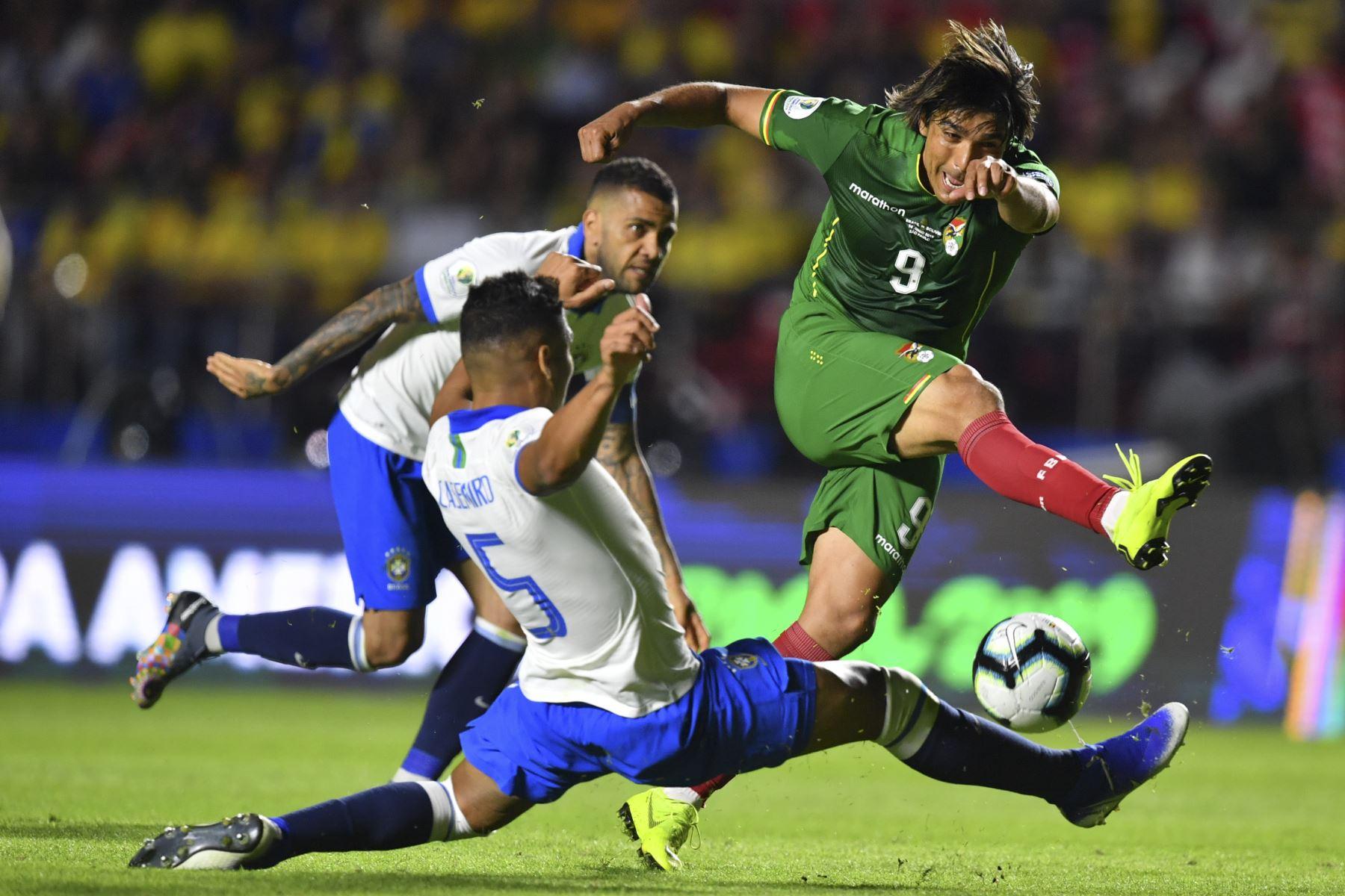 Marcelo Martins (R) de Bolivia está marcado por Casemiro de Brasil durante su partido de torneo de fútbol de la Copa América en el estadio Morumbi, en Sao Paulo, Brasil.Foto: AFP