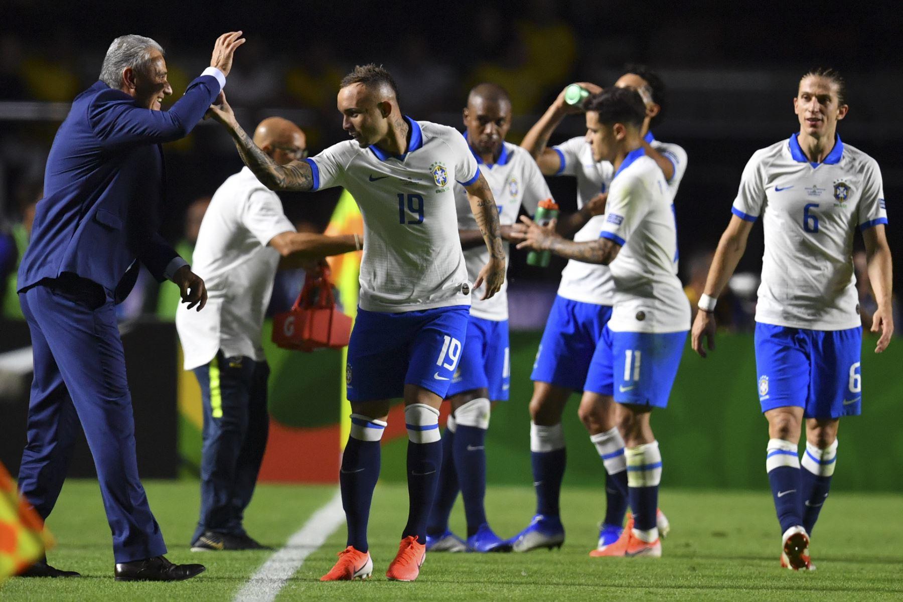 El Everton de Brasil celebra con el entrenador Tite luego de marcar ante Bolivia durante el partido de torneo de fútbol de la Copa América en el estadio Morumbi, en Sao Paulo, Brasil.Foto:AFP