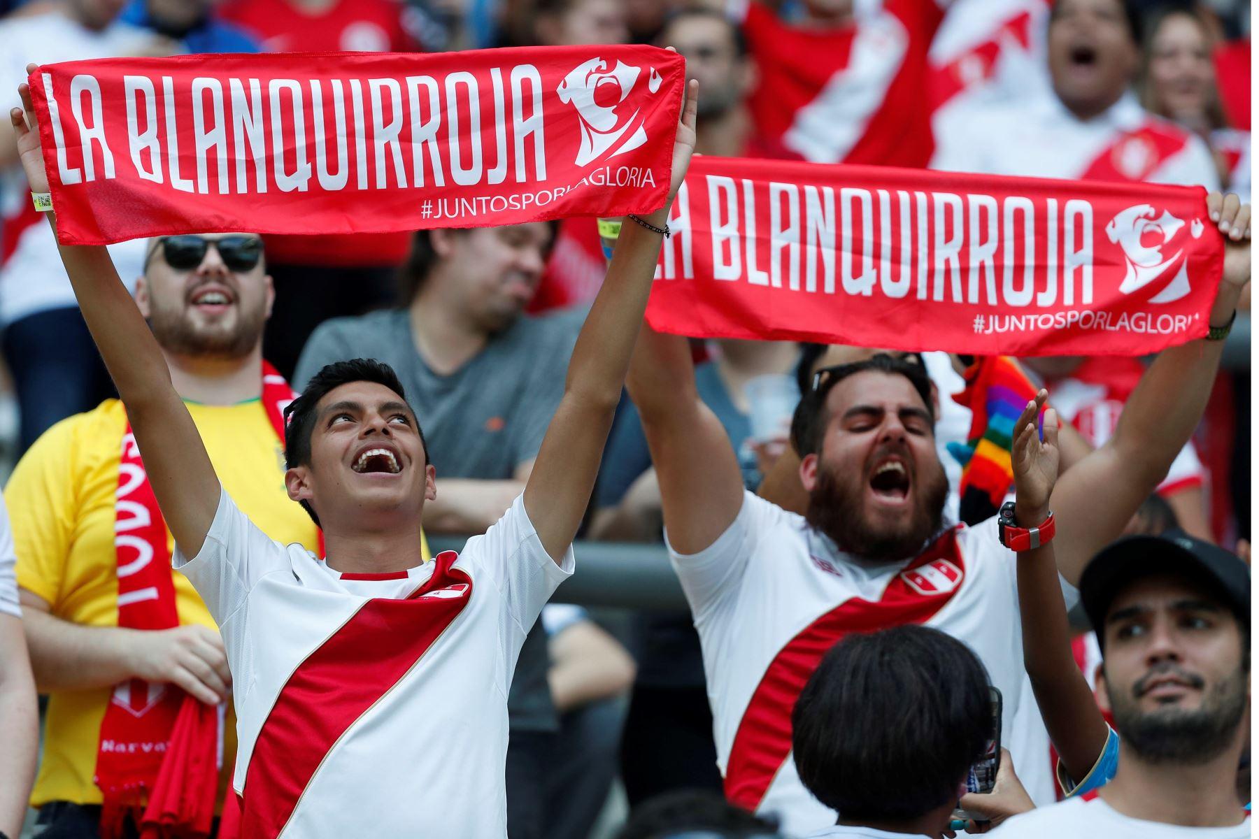 Aficionados de Perú animan antes del partido Venezuela-Perú del Grupo A de la Copa América de Fútbol 2019 en  Brasil. Foto: EFE