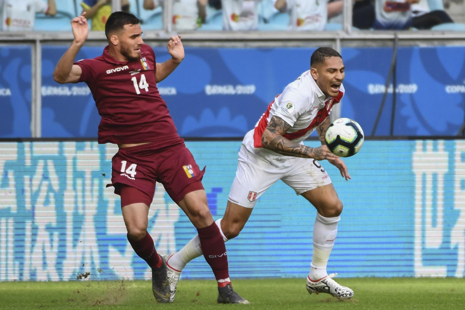 El venezolano Luis Del Pino Mago (L) gesticula al lado de Paolo Guerrero de Perú durante su partido de torneo de fútbol de la Copa América en el Gremio Arena en Porto Alegre, Brasil. Foto:AFP