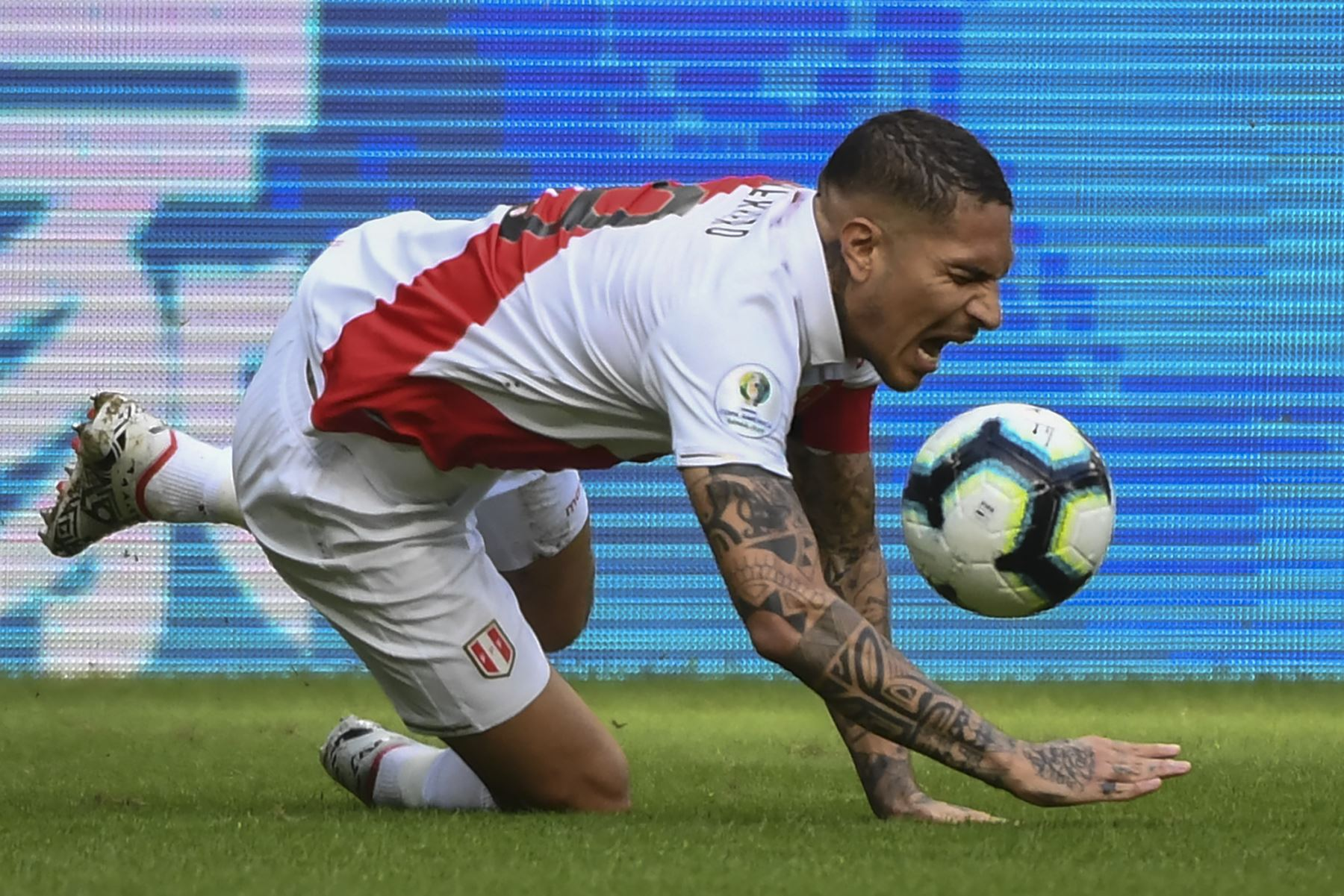 Paolo Guerrero, de Perú, cae durante el partido de torneo de fútbol de la Copa América contra Perú en Brasil. Foto:AFP