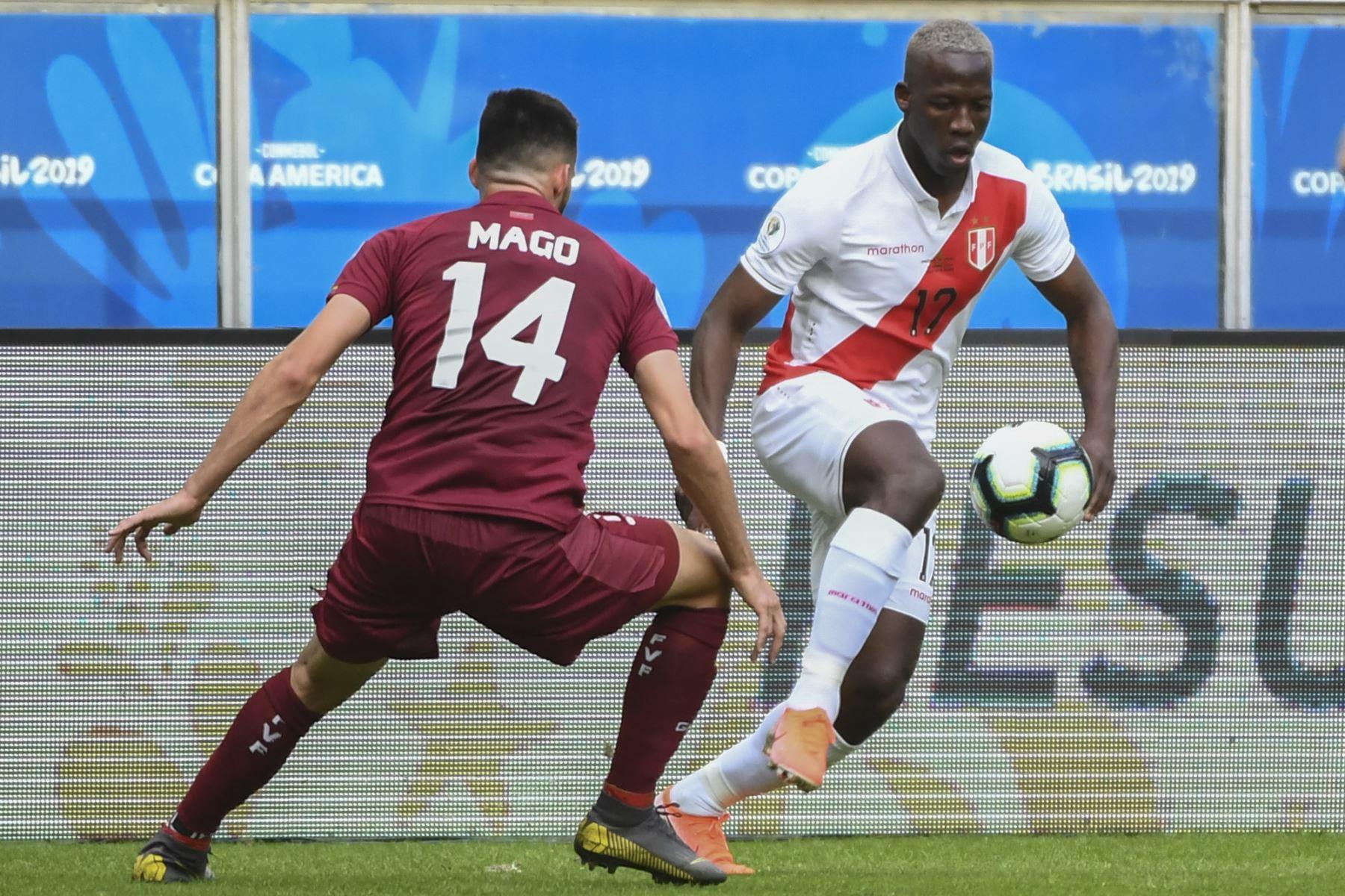 Luis Advincula (R), de Perú, está marcado por Luis Del Pino Mago de Venezuela durante su partido de torneo de fútbol de la Copa América en el Gremio Arena en  Brasil. Foto:AFP