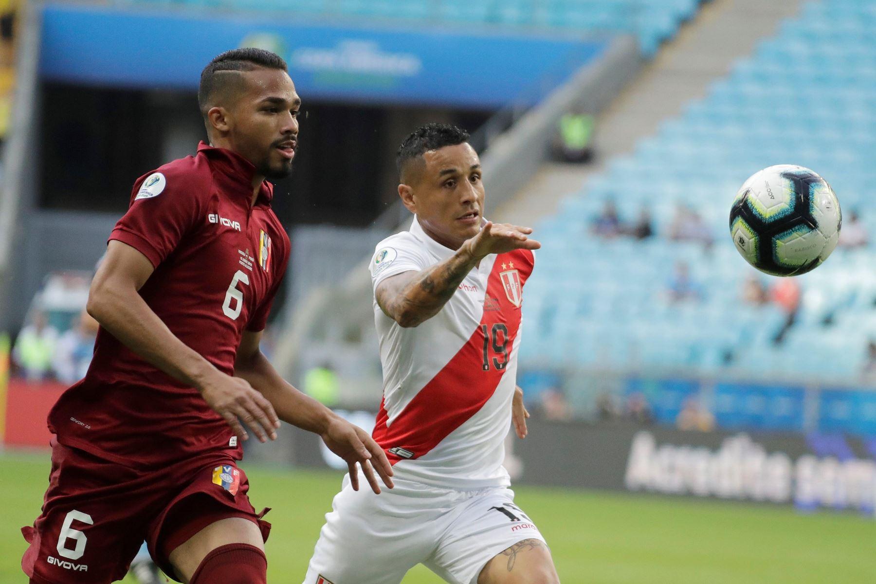 Víctor Yotún de Perú (d) disputa un balón con Yangel Herrera de Venezuela durante el partido Venezuela-Perú del Grupo A de la Copa América en Brasil. Foto:AFP