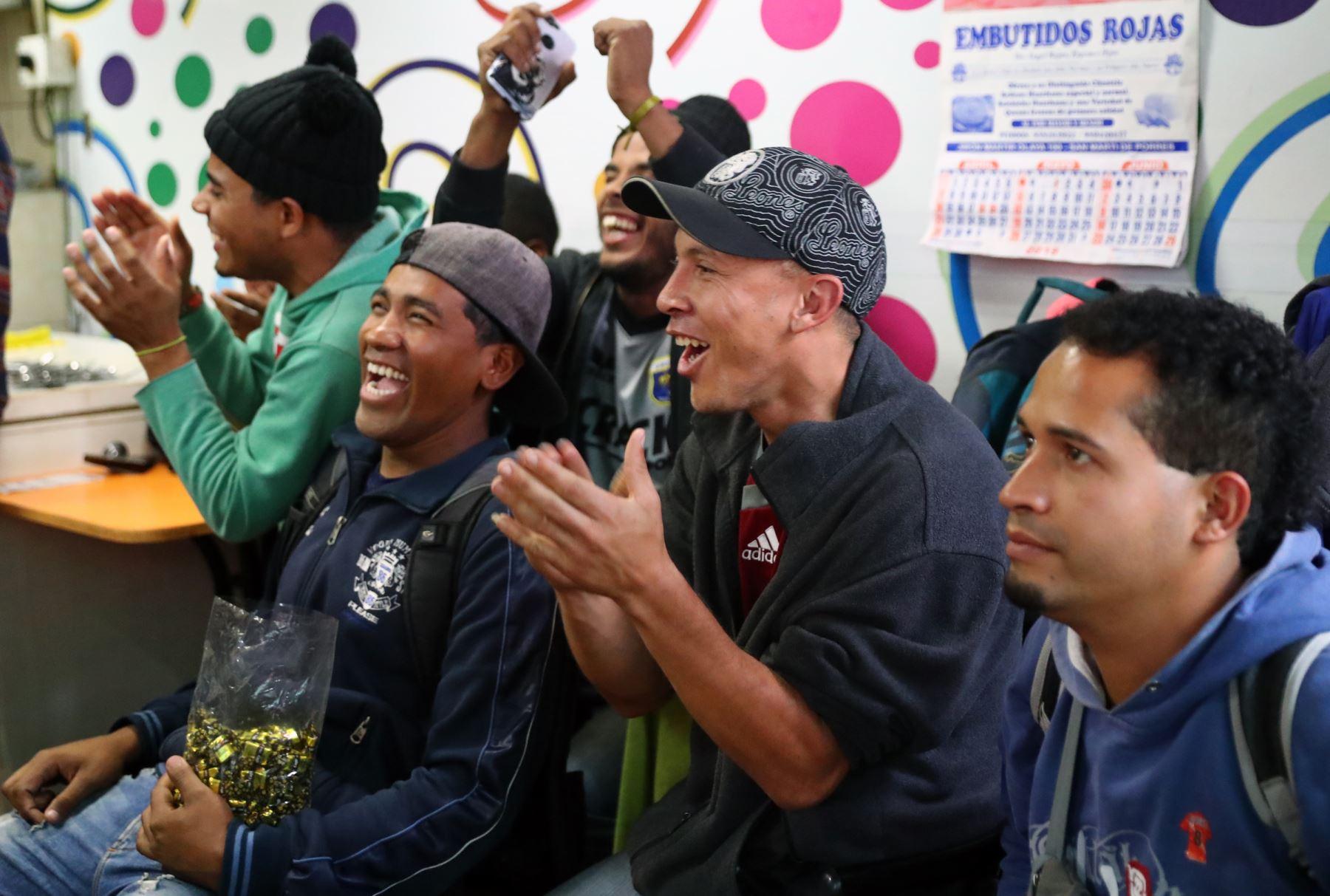 Expectativa en hinchas venezonalos previo al partido entre Perú y Venezuela por la Copa América. Foto: ANDINA/Normán Córdova