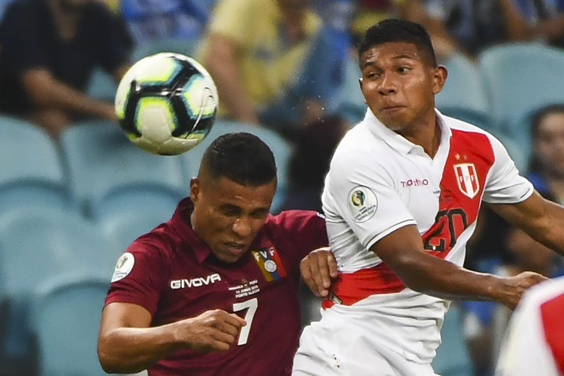 El venezolano Darwin Machis (L) y el peruano Edison Flores compiten por el balón durante su partido de torneo de fútbol de la Copa América en el Gremio Arena de Brasil. Foto:AFP