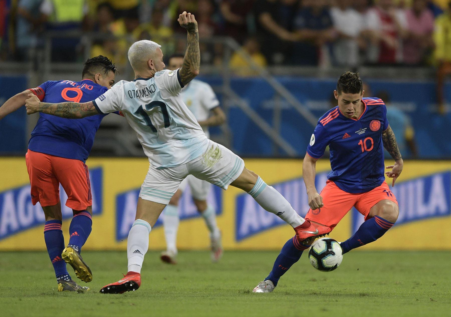 El argentino Nicolas Otamendi (C) compite con el colombiano Radamel Falcao (L) y James Rodriguez durante su partido de torneo de fútbol de la Copa América en el Fonte Nova Arena de Salvador, Brasil. AFP