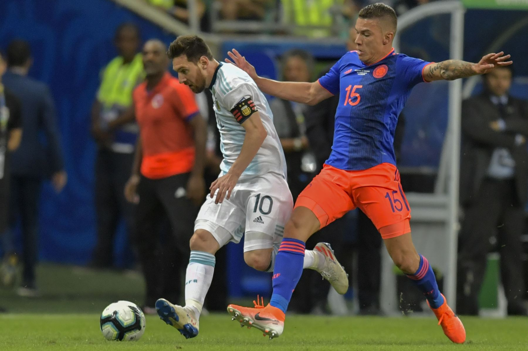 Lionel Messi (L) de Argentina está marcado por Mateus Uribe de Colombia durante su Copa América de fútbol. AFP