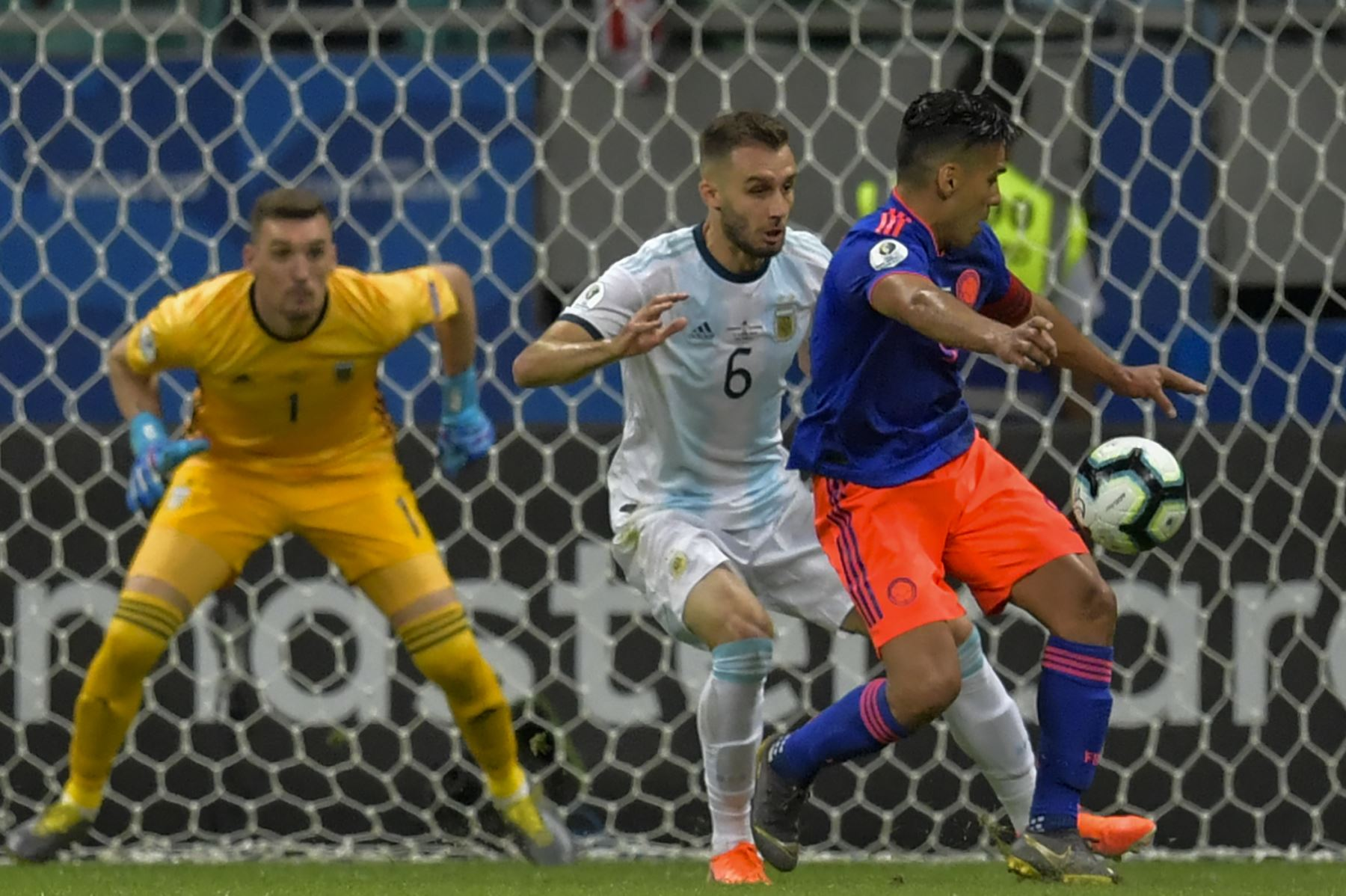 Radamel Falcao (R), de Colombia, está marcado por la alemana Pezzella (C) de Argentina, mientras que el arquero argentino Franco Armani observa durante su Copa América de fútbol. AFP