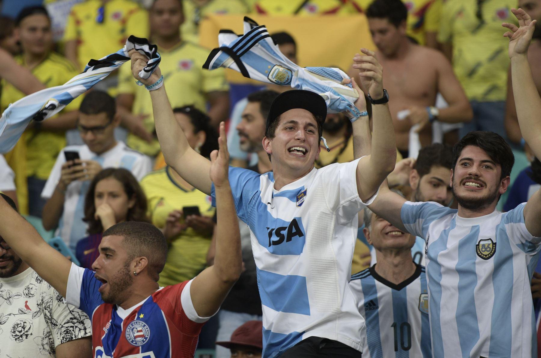 Los fanáticos de Argentina aplauden antes del inicio del partido de la Copa América en el torneo de fútbol contra Colombia en el Fonte Nova Arena en Salvador, Brasil. AFP