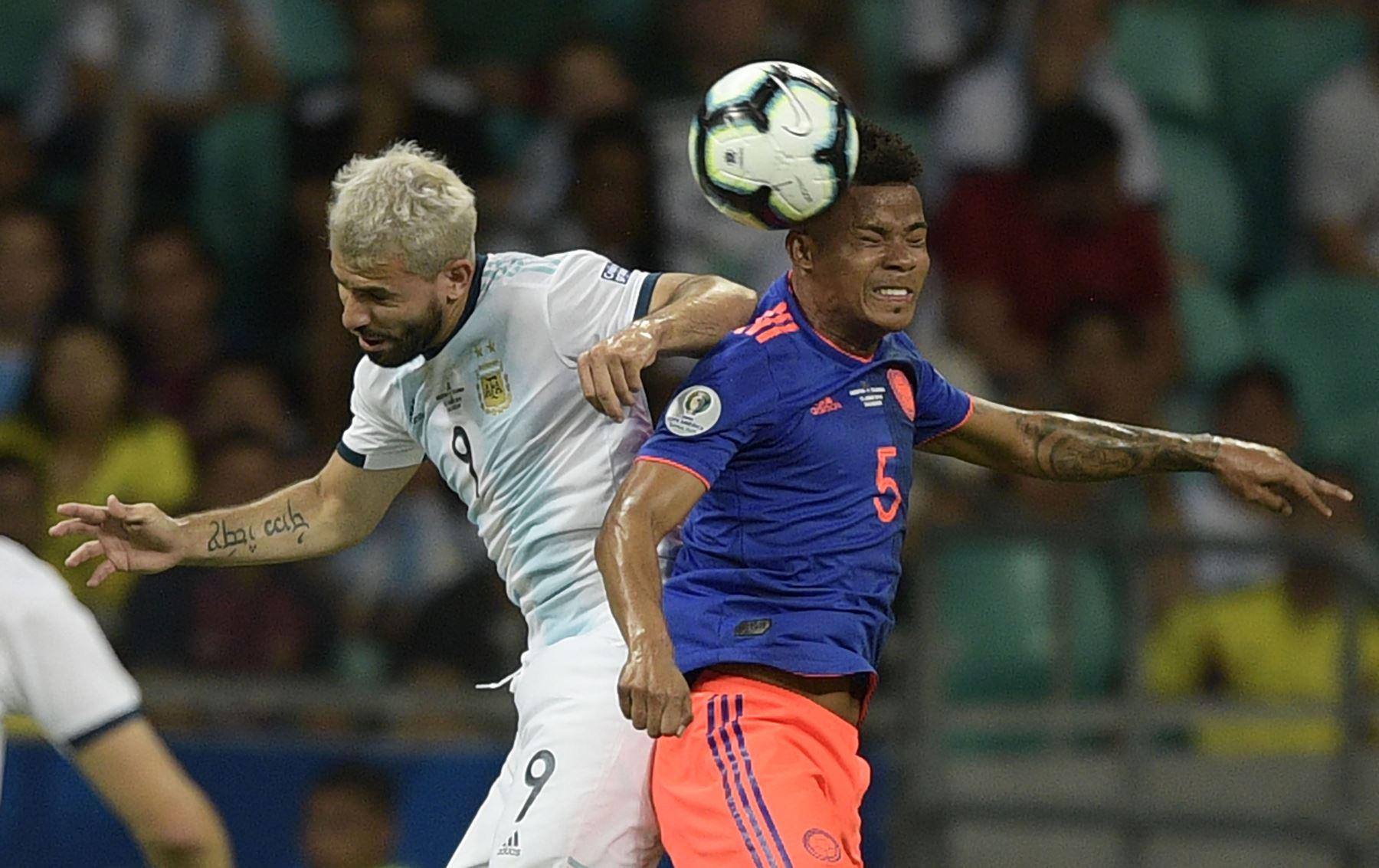 Sergio Agüero (L) de Argentina y Wilmar Barrios de Colombia compiten por el balón durante su Copa América de fútbol. AFP