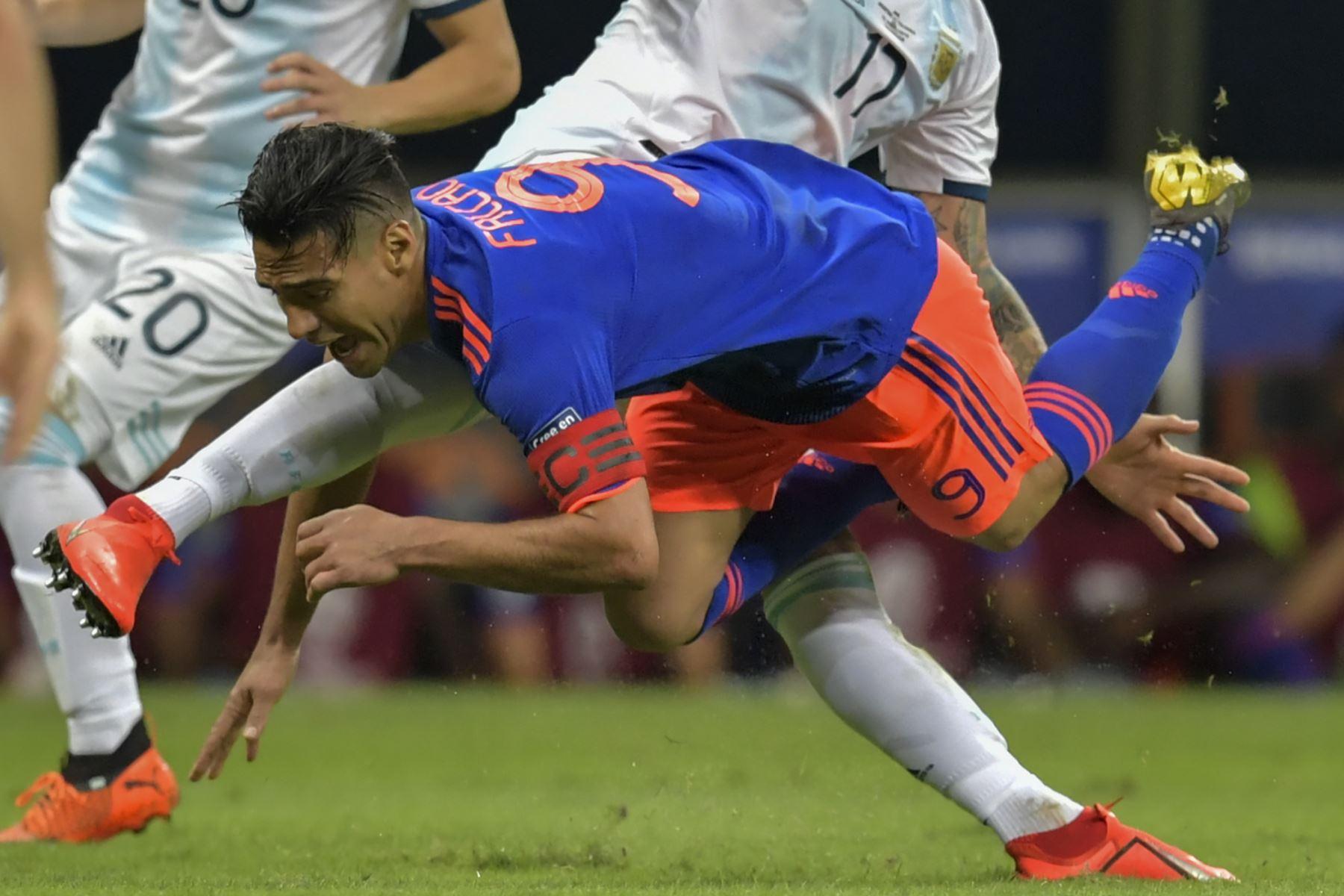 Radamel Falcao de Colombia cae durante el partido del torneo de fútbol de Copa América contra Argentina en el Fonte Nova Arena en Salvador, Brasil. AFP