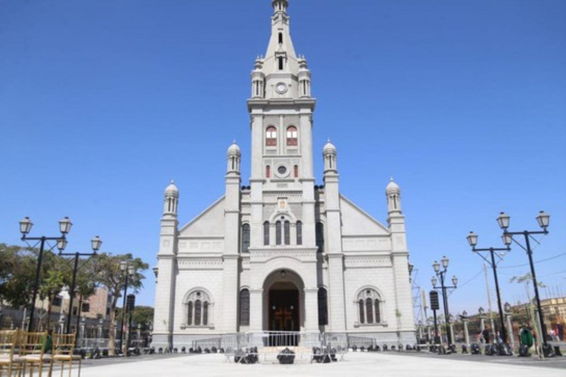 El Templo del Señor de Luren de Ica es parte integrante del ambiente urbano monumental (arquerías, plaza y templo).