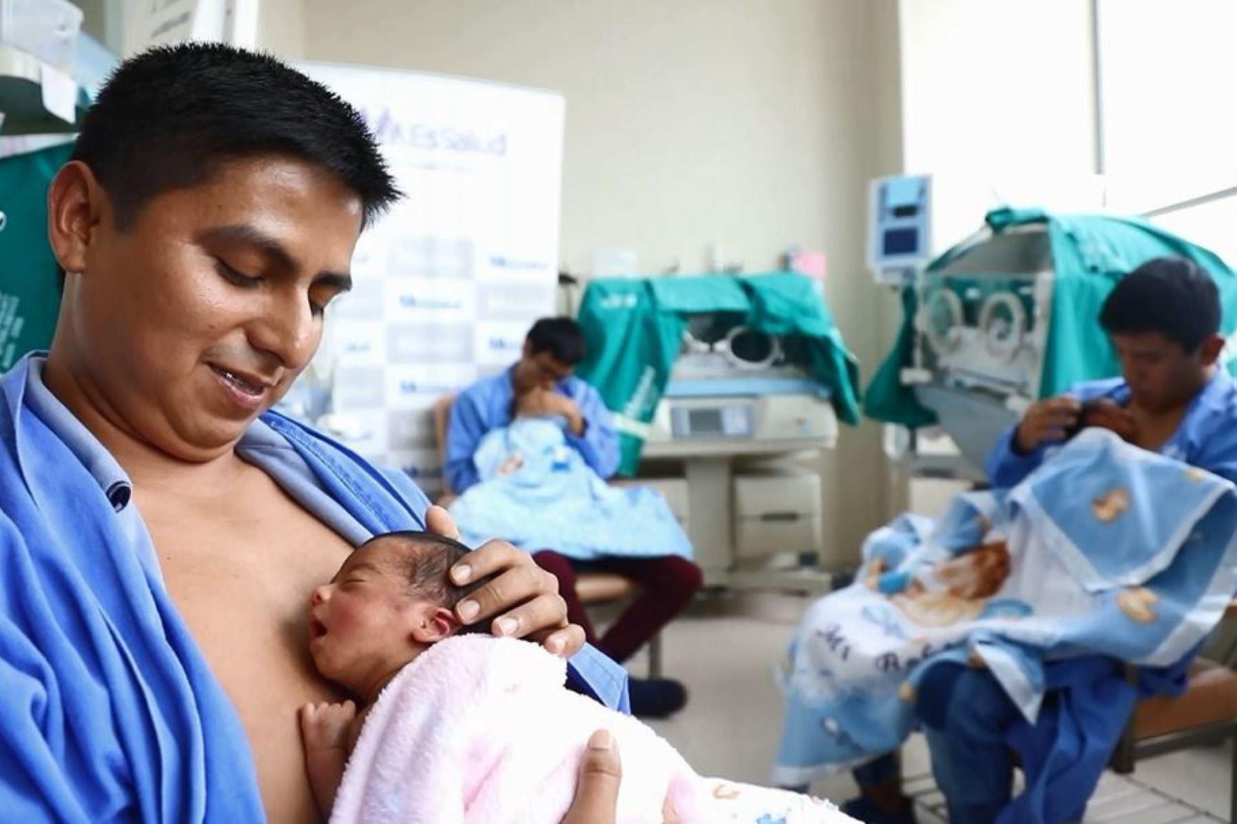 Con técnicas especiales fortalecen relación afectiva entre padres y recién nacidos. Foto: Andina/Difusión