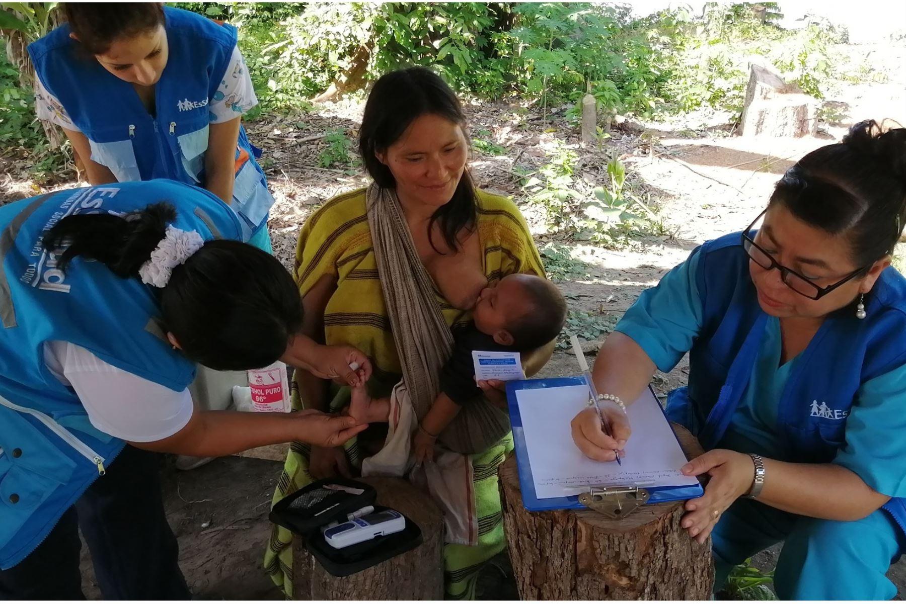 Enfermeras y técnicas de la Red Asistencial Madre de Dios se desplazaron por vías fluvial y terrestre hacia las comunidades machiguengas para vacunar a los niños contra el sarampión, polio y rubeola.