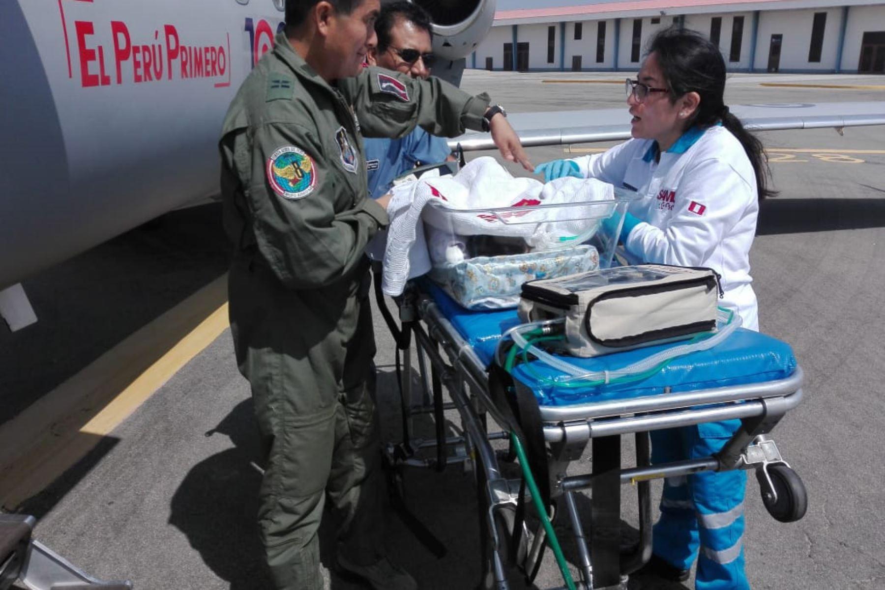 En una avioneta de la Fuerza Área del Perú (FAP) trasladan, desde el Hospital La Caleta de Chimbote, a una recién nacida con síndrome de dificultad respiratoria aguda.