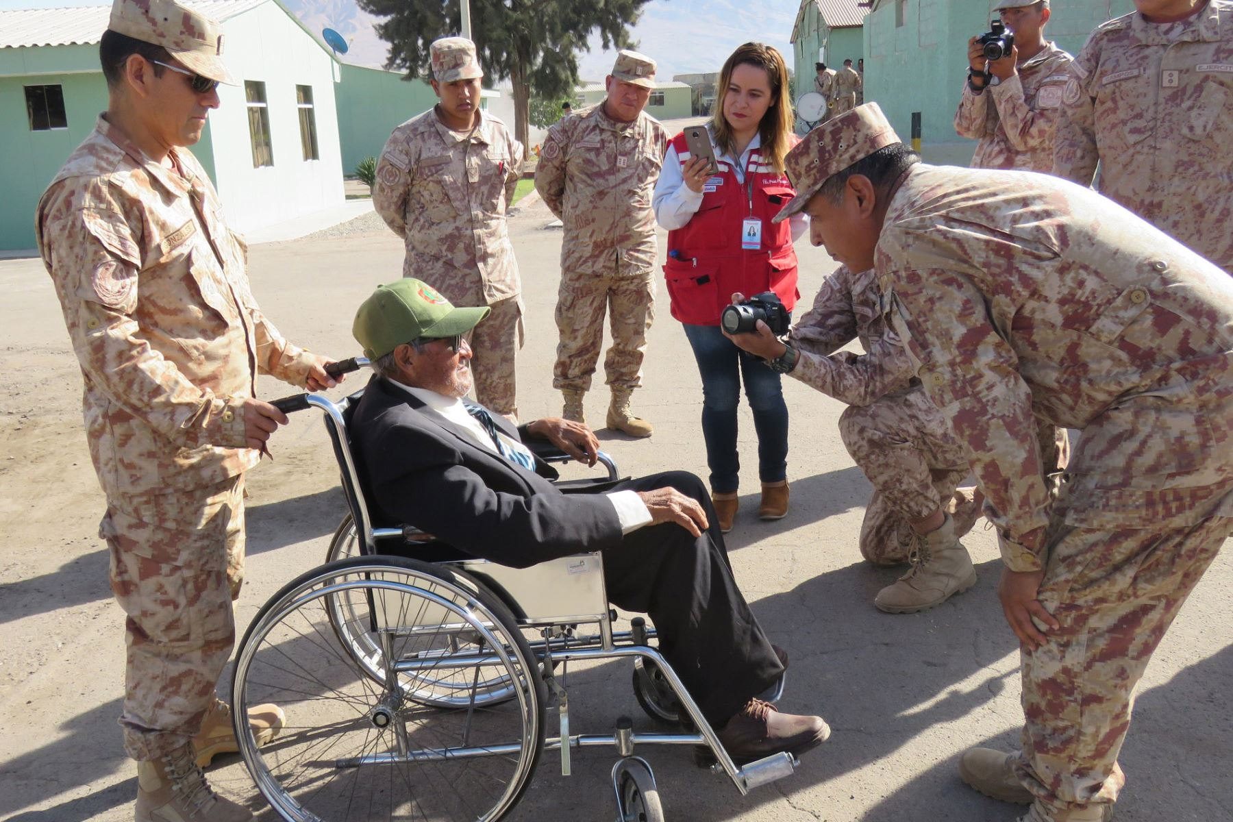 Don Rafael Sanjinez Mamani, el hombre más longevo de la región Moquegua, recibió homenaje del Ejército del Perú. Foto: Difusión Pensión 65