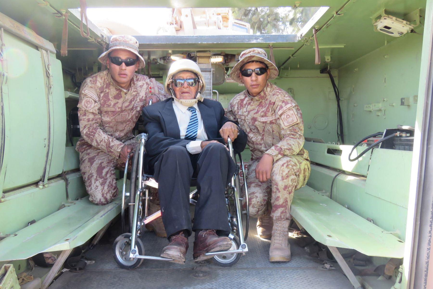 Don Rafael Sanjinéz Mamani, el hombre más longevo de la región Moquegua recibe homenaje del Ejército Peruano.  Foto: Difusión Pensión 65