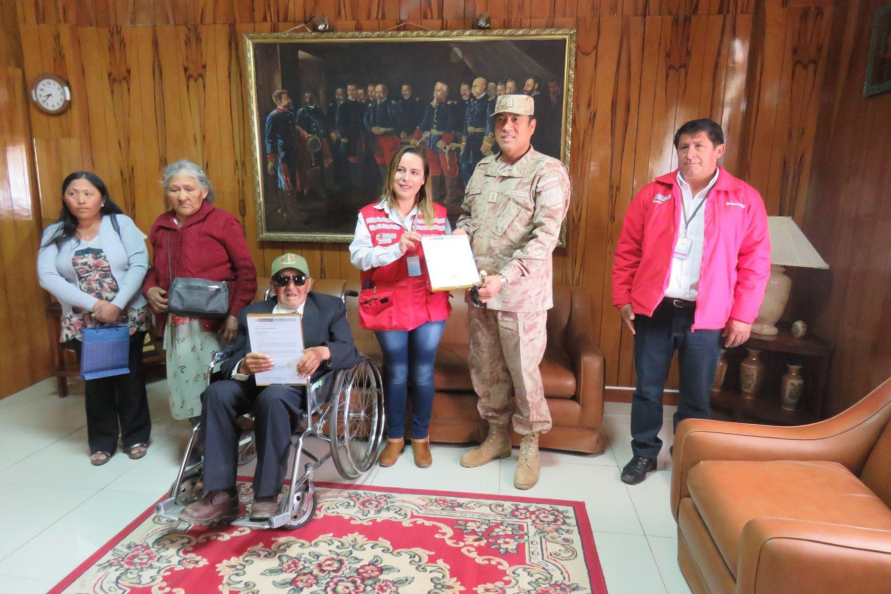 Rafael Sanjinéz Mamani de 107 años hizo en Moquegua,  mérito a su servicio militar voluntario y es homenajeado por ser ejemplo para los más jóvenes de su comunidad. Foto: Difusión Pensión 65