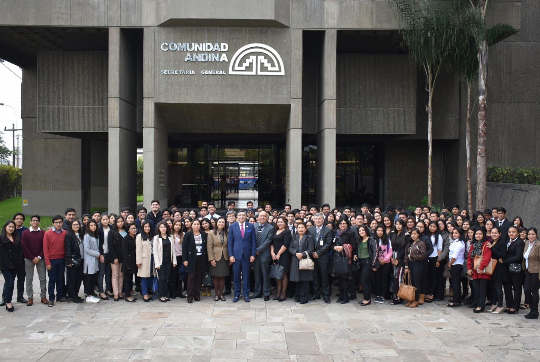 Universitarios acuden a la CAN para conocer más sobre el bloque regional. Foto: Cortesía.