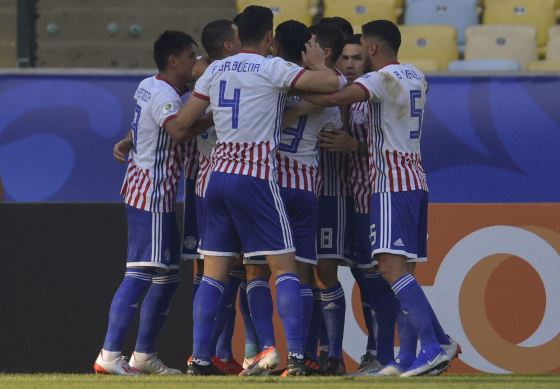 Los jugadores de Paraguay celebran después de que su compañero Oscar Cardozo (cubierto) anotó un penal contra Qatar durante su partido de torneo de fútbol de la Copa América en el estadio Maracana en Río de Janeiro, Brasil. Foto.AFP