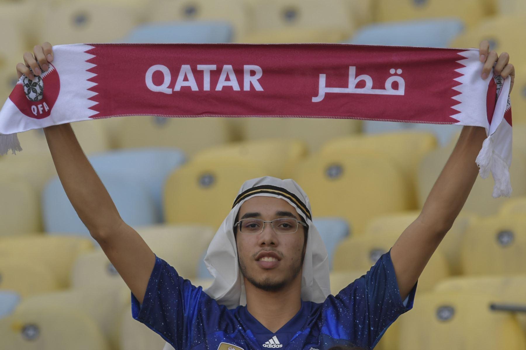 Un fanático de Qatar espera antes del inicio del partido del torneo de fútbol de Copa América contra Paraguay en el Estadio Maracaná de Río de Janeiro, Brasil. Foto:AFP