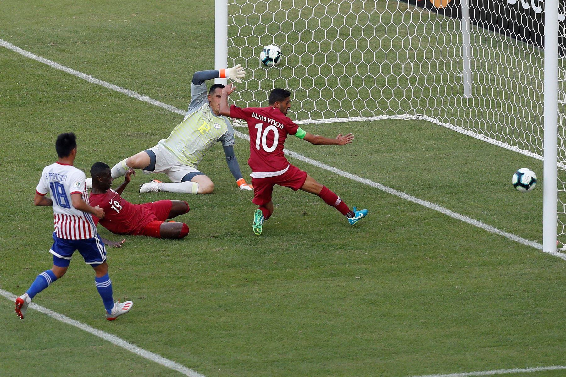 El arquero de Paraguay Anthony Silva (2-d) enfrenta aHasan Alhaydos (d) de Catar durante el partido Paraguay-Catar del Grupo B de la Copa América de Fútbol 2019, en el Estadio Maracanã de Río de Janeiro. Foto: EFE