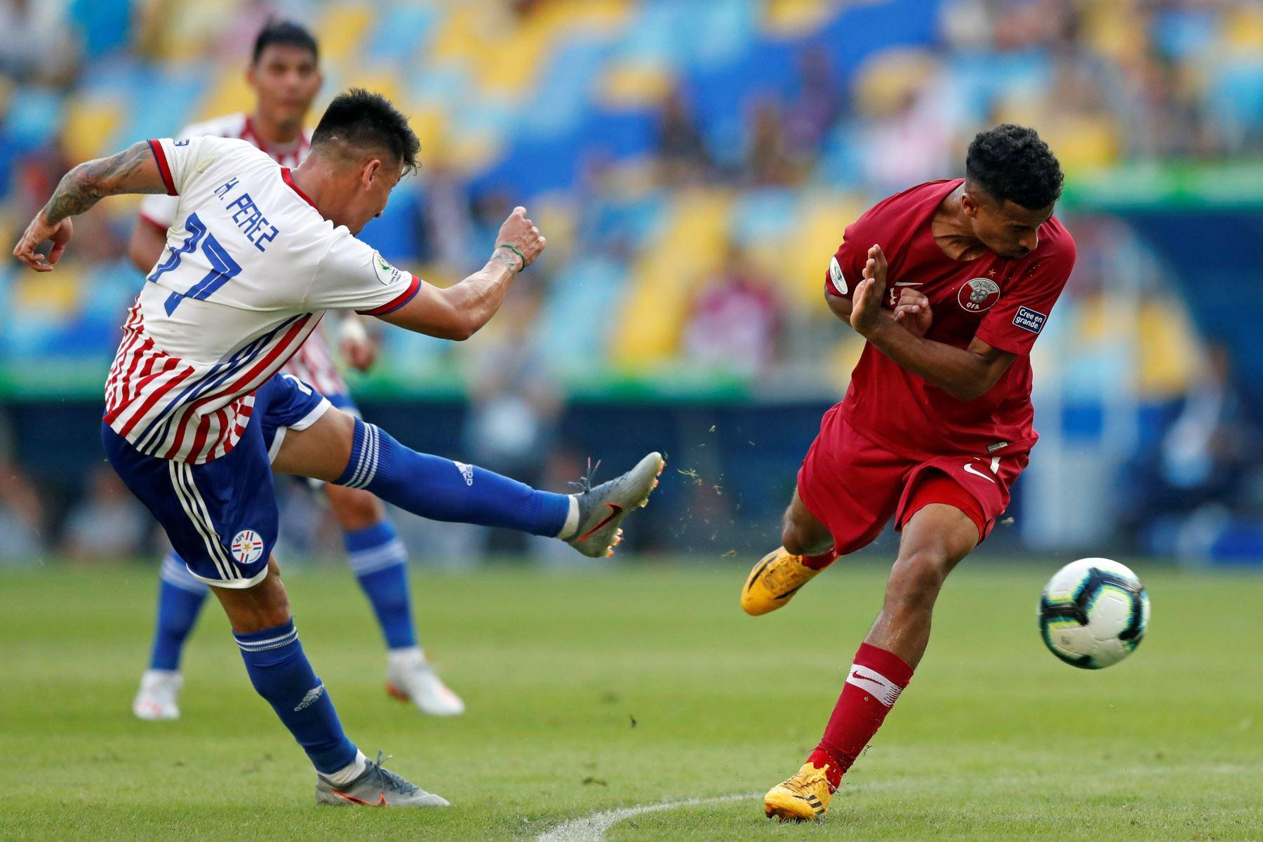 Celso Ortiz de Paraguay pelea un balón con Akram Afif de Catar durante el partido Paraguay-Catar del Grupo B de la Copa América de Fútbol 2019, en el Estadio Maracanã de Río de Janeiro en Brasil. Foto: AFP