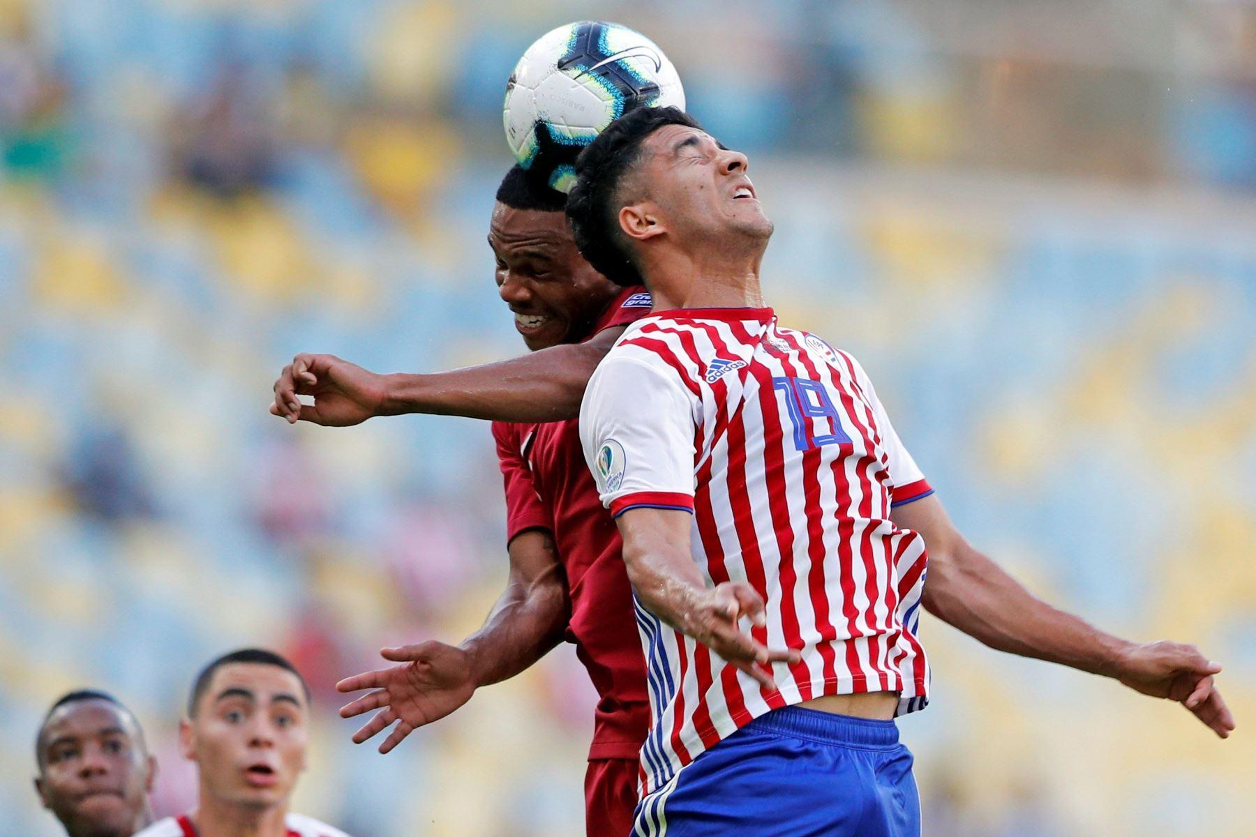 Cecilio Domínguez (d) de Paraguay y Almoez Abdooulla de Catar saltan por el balón durante el partido Paraguay-Catar del Grupo B de la Copa América de Fútbol 2019, en el Estadio Maracanã de Río de Janeiro. Foto: EFE