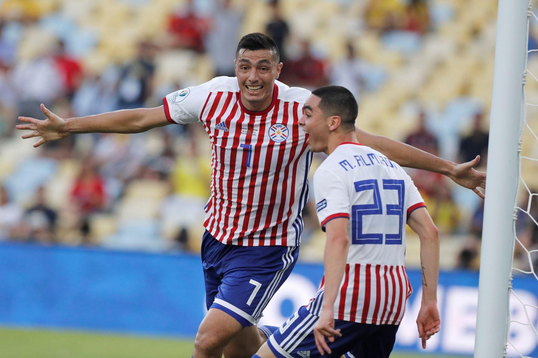 El jugador Oscar Cardozo (i) de Paraguay celebra un gol durante el partido Paraguay-Catar del Grupo B de la Copa América de Fútbol 2019, en el Estadio Maracanã de Río de Janeiro, Brasil. Foto: EFE