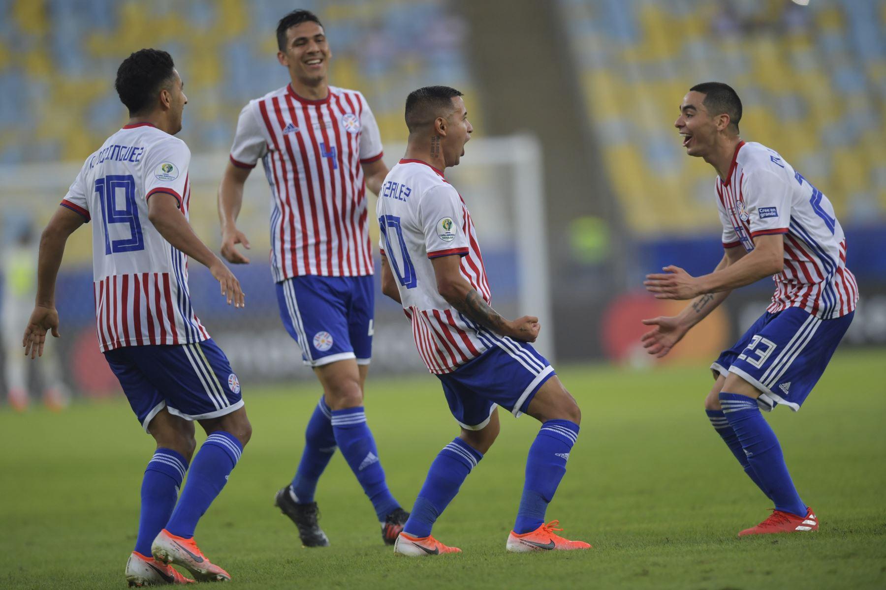 El paraguayo Derlis González (2-R) celebra con sus compañeros de equipo después de anotar contra Qatar durante su partido de torneo de fútbol de la Copa América en el estadio Maracana en Río de Janeiro, Brasil .Foto: AFP
