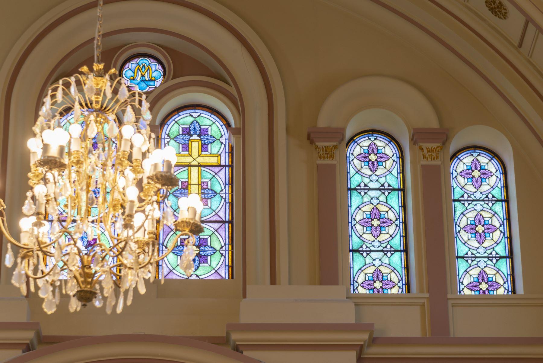 Vitrales en los interiores del Santuario Reconstruido donde se encuentra la imagen del Señor de Luren . Foto: Difusión