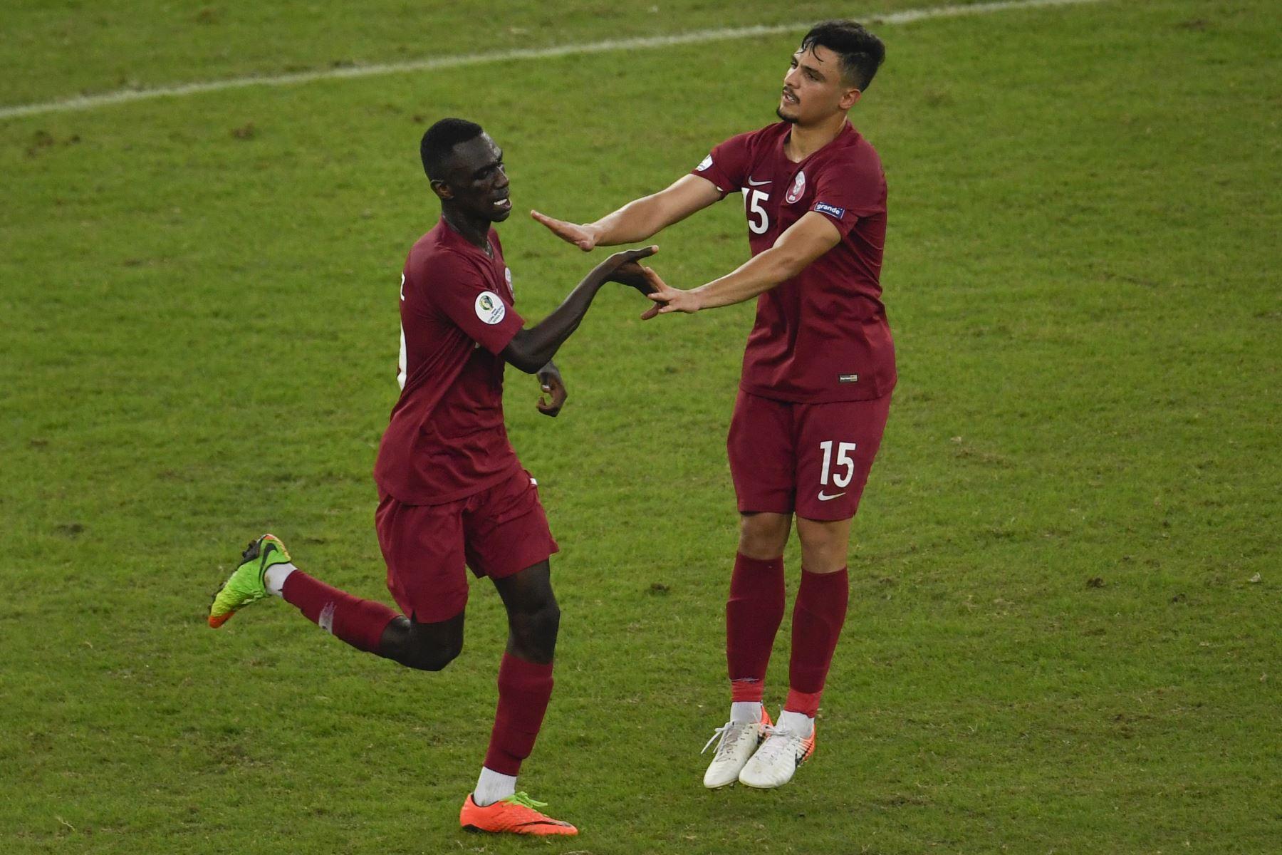 Almoez Ali (L), de Qatar, celebra con su compañero de equipo Bassam Al-Rawi luego de marcar contra Paraguay durante su partido de torneo de fútbol de la Copa América en el estadio Maracana en Río de Janeiro, Brasil. Foto: AFP