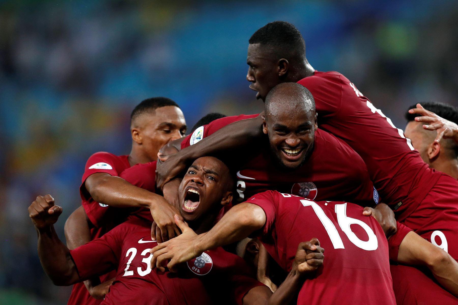 Jugadores de Catar celebran un gol de Boualem Khoukhi (16) durante el partido Paraguay-Catar del Grupo B de la Copa América de Fútbol 2019. Foto: EFE