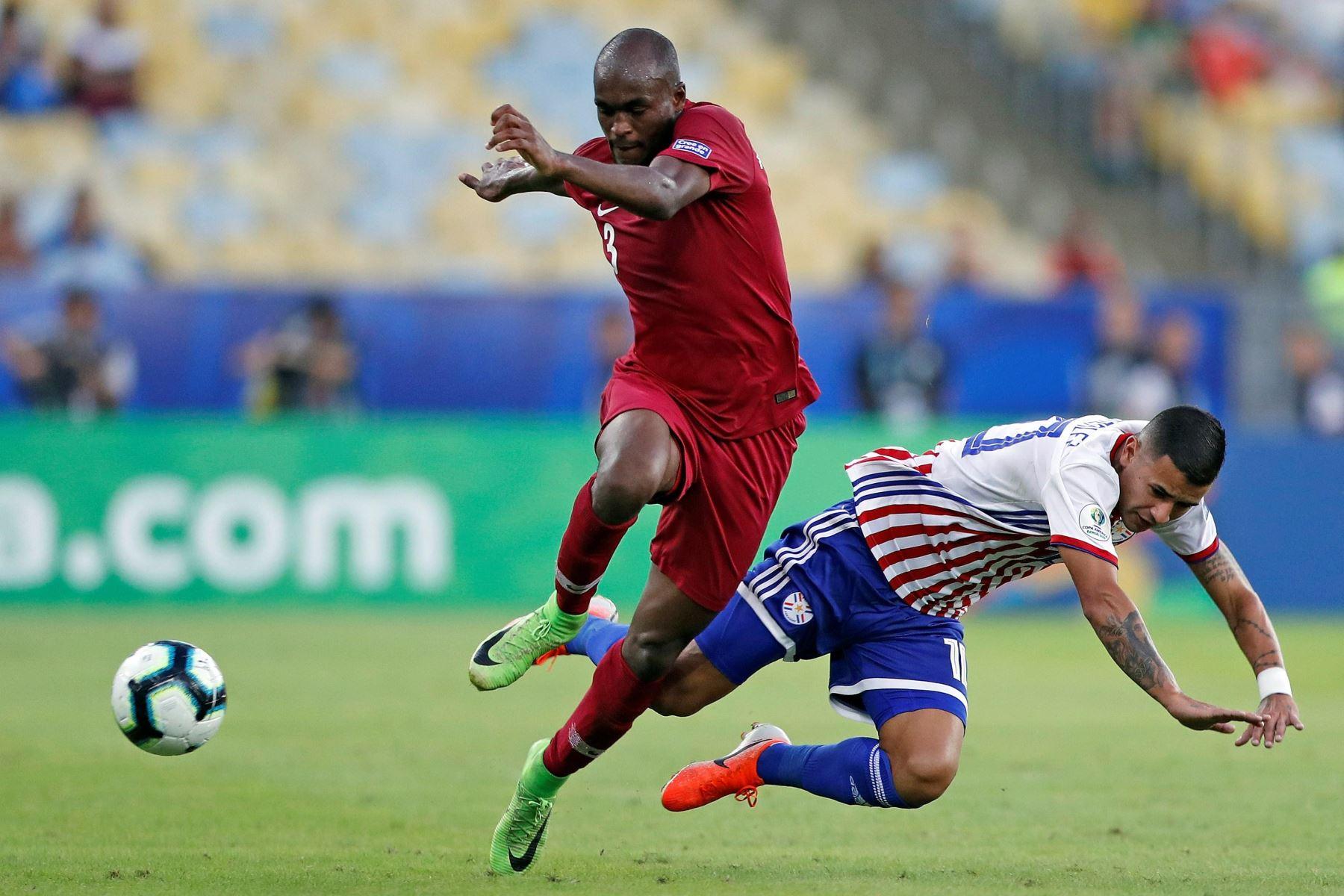 Abdelkarim Fadlalla (i) de Catar disputa un balón con Derlis González de Paraguay durante el partido Paraguay-Catar del Grupo B de la Copa América de Fútbol 2019. Foto: EFE