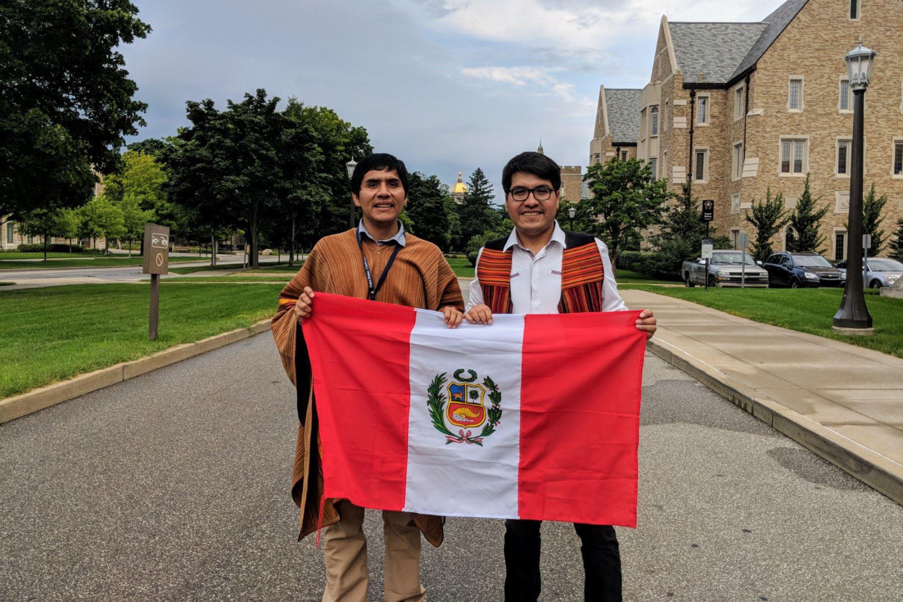 Joven de Apurímac, Jermani Ojeda(izquierda) y Guido Mamani (derecha). Jermani ganó beca completa y estudiará doctorado en EE.UU.; y Guido es otro peruano ganador de la beca FLTA.