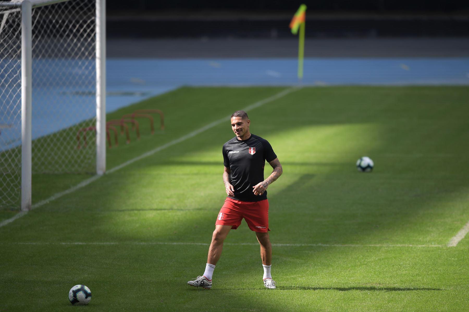 Paolo Guerrero, participa en una sesión de entrenamiento en Río de Janeiro, en la víspera del partido contra Bolivia. Foto: AFP
